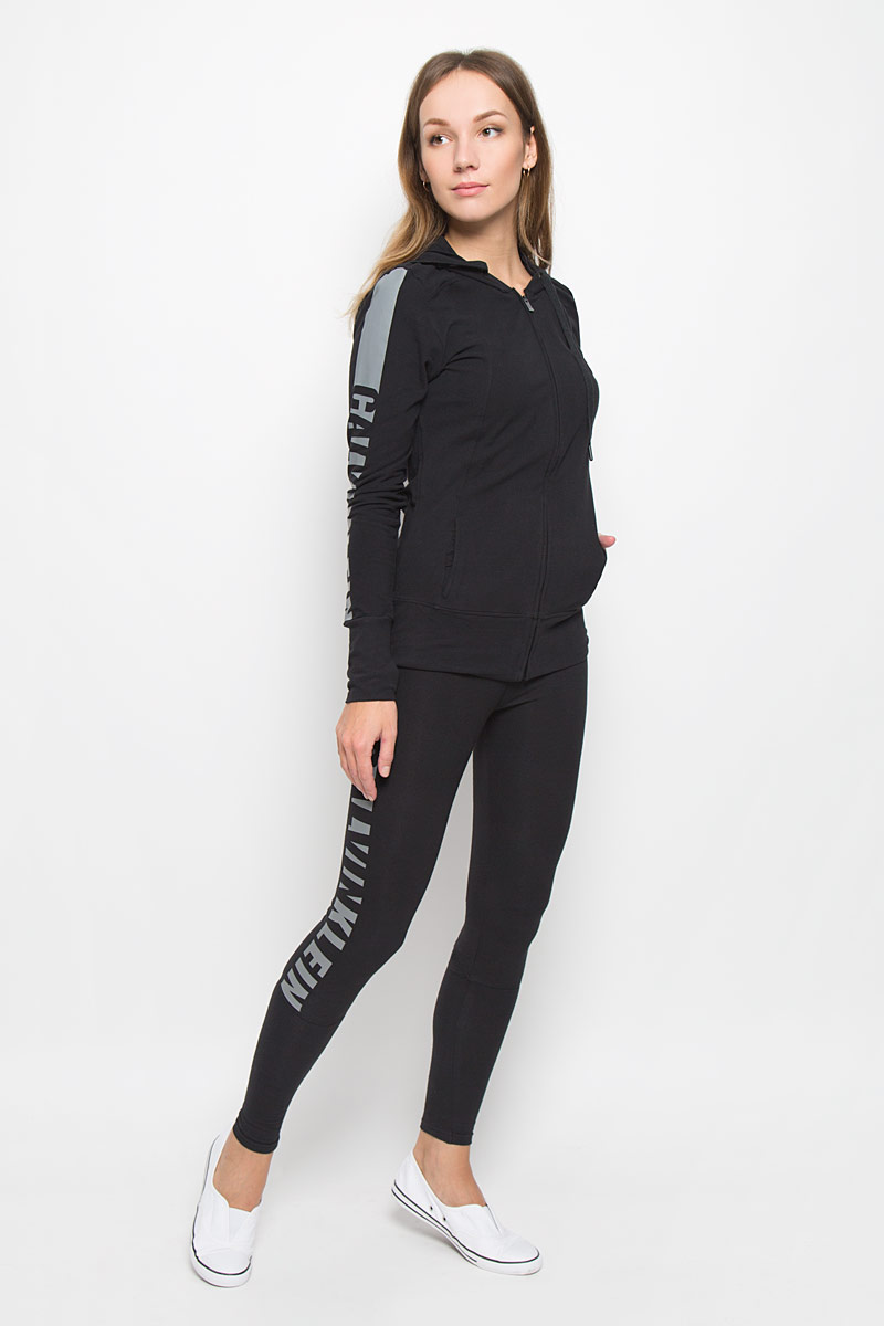 Толстовка женская Calvin Klein, цвет: черный. QS5547E. Размер M (44/46)TPZ0109CEЖенская толстовка Calvin Klein с длинными рукавами и капюшоном изготовлена из эластичного хлопка. Модель застегивается на застежку-молнию спереди. Спереди расположены два втачных кармана. Манжеты рукавов имеют прорези для больших пальцев. Объем капюшона регулируется при помощи шнурка-кулиски.