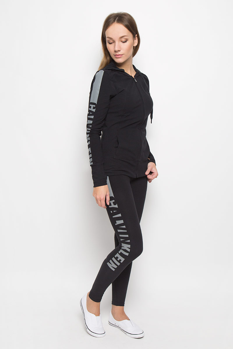 Леггинсы женские Calvin Klein Underwear, цвет: черный. QS5548E. Размер M (44/46)QS5548E_001Удобные женские леггинсы Calvin Klein Underwear изготовлены из высококачественного эластичного хлопка. Обтягивающие леггинсы дополнены эластичной резинкой на талии. Одна из штанин оформлена принтом с названием бренда.