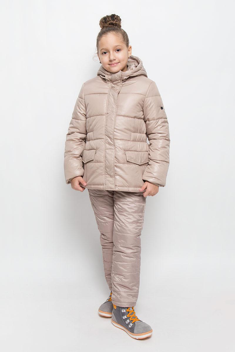 Куртка для девочки Button Blue, цвет: бежевый. 216BBGC41021500. Размер 110, 5 лет216BBGC41021500Куртка для девочки Button Blue c несъемным капюшоном и длинными рукавами выполнена из прочного полиэстера. Подкладка - мягкий флис. Наполнитель - искусственный пух. Модель застегивается на застежку-молнию спереди и имеет ветрозащитный клапан на кнопках. Объем капюшона регулируется при помощи шнурка-кулиски со стопперами. Изделие дополнено двумя втачными кармашками с клапанами на кнопках. Рукава оснащены внутренними трикотажными манжетами. Куртка оформлена стеганым узором.