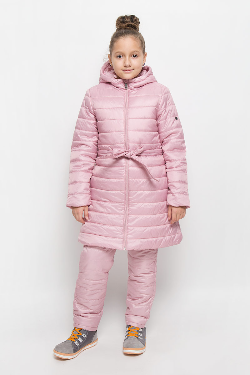 Пальто для девочки Button Blue, цвет: светло-розовый. 216BBGC45011200. Размер 116, 6 лет216BBGC45011200Легкое стеганое пальто для девочки Button Blue выполнено из полиэстера на комбинированной подкладке из хлопка и полиэстера. В качестве утеплителя используется полиэстер. Модель с несъемным капюшоном застегивается на молнию с защитой подбородка и внутренней ветрозащитной планкой. Капюшон снабжен по краю эластичным шнурком со стопперами. Пальто имеет приталенный силуэт, дополнительно подчеркнутый поясом на шлевках. Изделие дополнено двумя прорезными карманами. Украшено пальто фирменной пластиной.