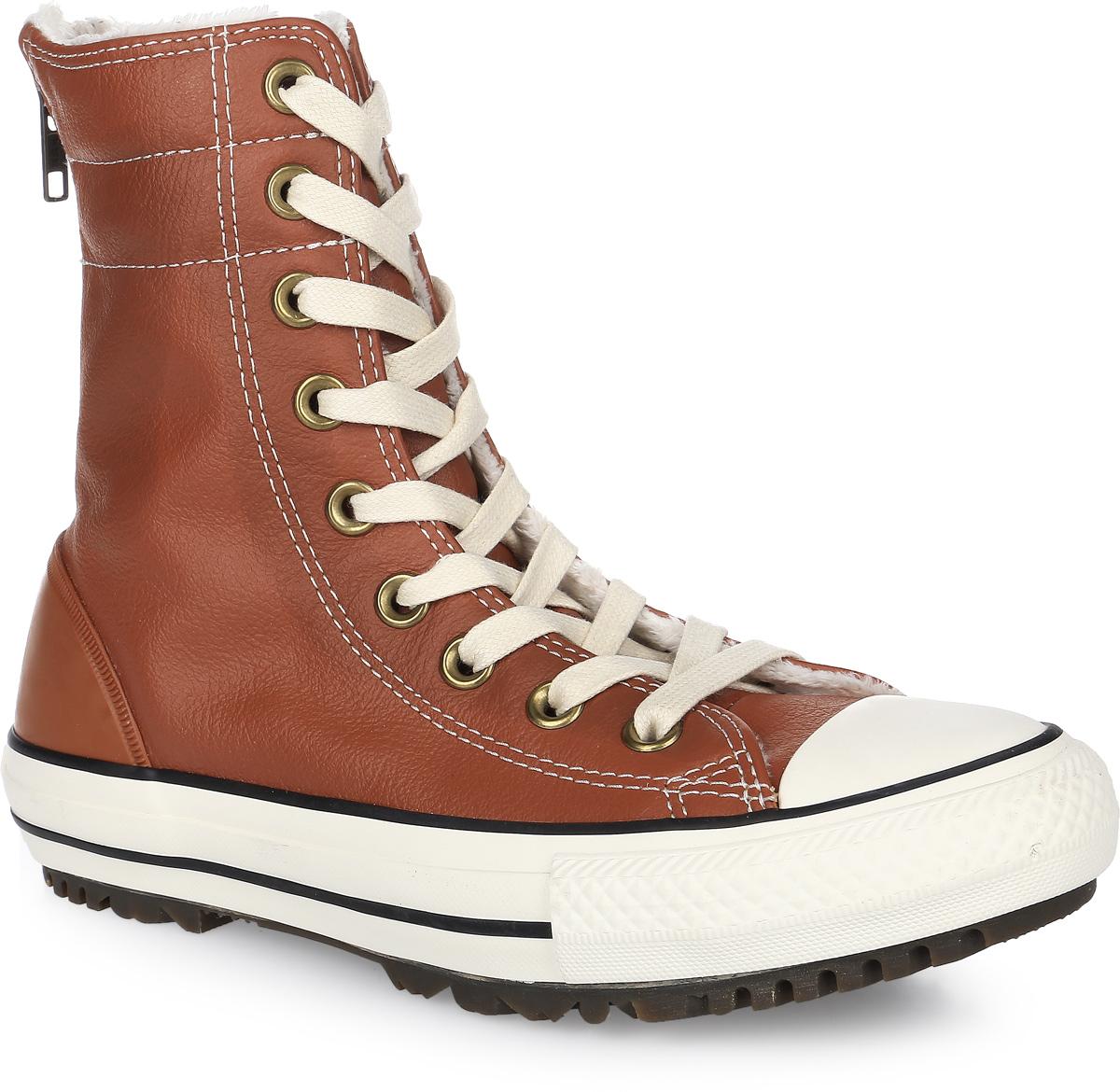 Кеды женские Converse Chuck Taylor All Star Hi-Rise Boot Leather + Fur, цвет: коричневый. 553390. Размер 6,5 (37)553390Кеды Converse выполнены из натуральной кожи и оформлены фирменной нашивкой. На ноге модель фиксируется с помощью шнурков и молнии, которая расположена на задней части. Задник дополнен резиновой накладкой для лучшей сохранности обуви. Внутренняя поверхность и стелька выполнены из искусственного меха, который обеспечит тепло и комфорт. Подошва изготовлена из высококачественной резины и дополнена протектором, который гарантирует отличное сцепление с любой поверхностью.