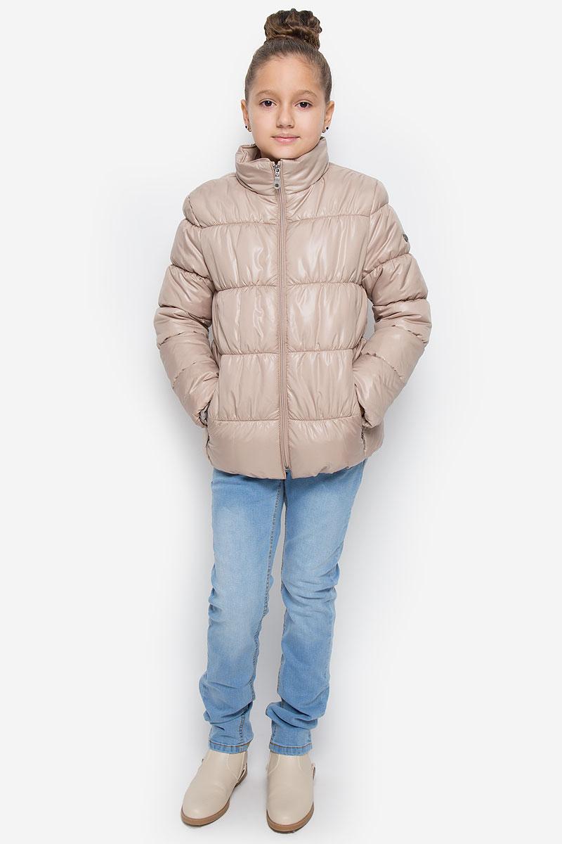 Куртка для девочки Button Blue, цвет: бежевый. 216BBGC41011500. Размер 110, 5 лет216BBGC41011500Куртка для девочки Button Blue c воротником-стойкой и длинными рукавами выполнена из прочного полиэстера. Подкладка - мягкий флис. Наполнитель - искусственный пух. Модель застегивается спереди на застежку-молнию и дополнено внутренней ветрозащитной планкой. Изделие имеет два втачных кармана на застежках-молниях спереди. Низ куртки дополнен эластичной резинкой. Рукава оснащены эластичными резинками на манжетах. Куртка оформлена стеганым узором.