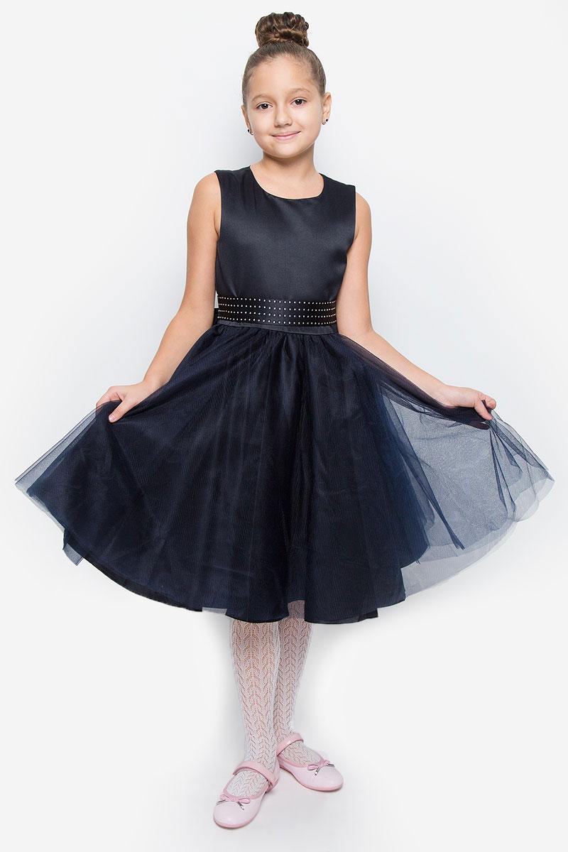 Платье для девочки Button Blue, цвет: темно-синий. 216BBGP25011000. Размер 134, 9 лет216BBGP25011000Красивое платье для девочки Button Blue изготовлено из полиэстера на подкладке из натурального хлопка. Платье с круглым вырезом горловины застегивается сзади на скрытую молнию. Верхняя часть объемной юбки выполнена из мягкой микросетки. В талии модель дополнена широким поясом, декорированным стразами. Платье идеально подойдет для праздничных мероприятий. В нем каждая девочка почувствует себя настоящей принцессой!