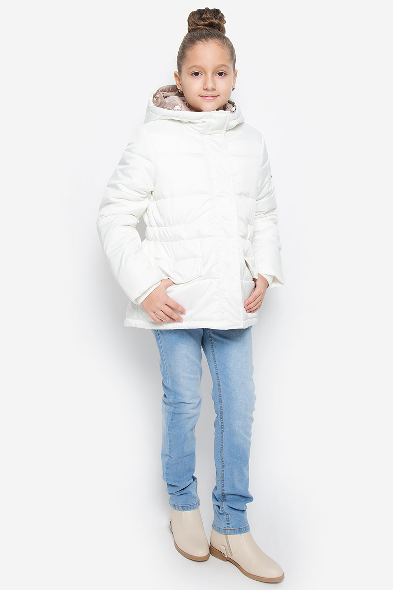 Куртка для девочки Button Blue, цвет: белый. 216BBGC41021400. Размер 152, 12 лет216BBGC41021400Куртка для девочки Button Blue c несъемным капюшоном и длинными рукавами выполнена из прочного полиэстера. Подкладка - мягкий флис. Наполнитель - искусственный пух. Модель застегивается на застежку-молнию спереди и имеет ветрозащитный клапан на кнопках. Объем капюшона регулируется при помощи шнурка-кулиски со стопперами. Изделие дополнено двумя втачными кармашками с клапанами на кнопках. Рукава оснащены внутренними трикотажными манжетами. Куртка оформлена стеганым узором.