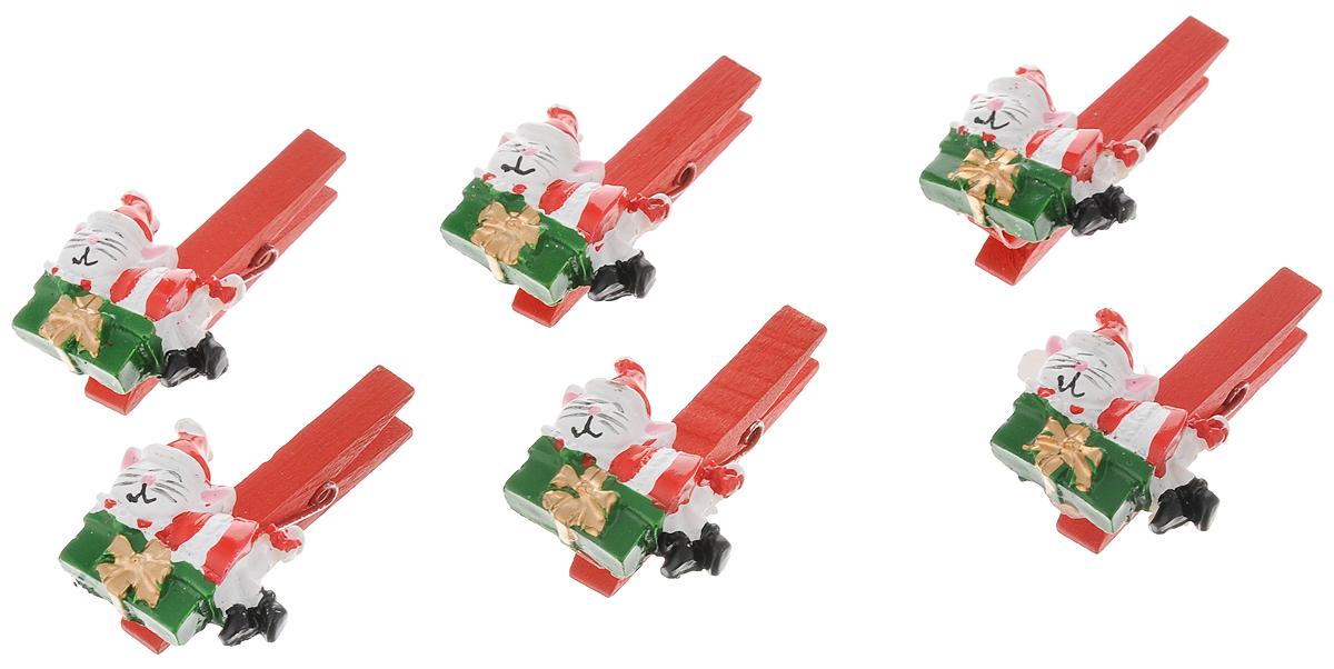 Набор новогодних украшений Феникс-Презент Котики с подарками, на прищепке, 6 шт41823Набор Феникс-Презент Котики с подарками состоит из 6 декоративных украшений - прищепок, изготовленных из полирезина и дерева. Изделия станут прекрасным дополнением к оформлению вашего новогоднего интерьера. Они используются для развешивания стикеров на веревке, маленьких игрушек и многого другого. Оригинальность и веселые цвета прищепок будут радовать глаз и поднимут настроение. Размер одной прищепки: 4,5 х 0,6 х 1,5 см.