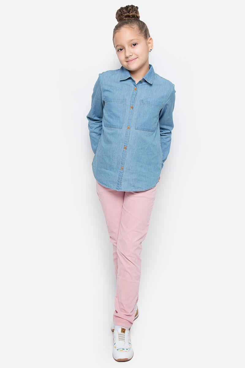Рубашка для девочки Button Blue, цвет: голубой. 216BBGC2301D200. Размер 110, 5 лет216BBGC2301D200Стильная джинсовая рубашка Button Blue станет отличным дополнением к гардеробу вашей девочки. Модель, выполненная из натурального хлопка, необычайно мягкая и приятная на ощупь, не сковывает движения и позволяет коже дышать, не раздражает даже самую нежную и чувствительную кожу ребенка, обеспечивая наибольший комфорт. Рубашка классического кроя с длинными рукавами и отложным воротником застегивается на пуговицы по всей длине. На манжетах предусмотрены застежки-пуговицы. На груди расположены два накладных открытых кармана. Спинка немного удлинена. Оригинальный современный дизайн и актуальная расцветка делают эту рубашку модным и стильным предметом детского гардероба.