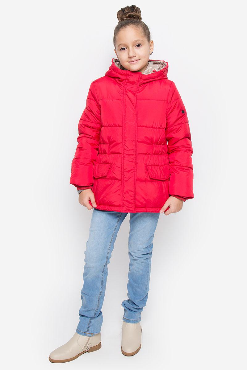 Куртка для девочки Button Blue, цвет: красный. 216BBGC41021600. Размер 116, 6 лет216BBGC41021600Куртка для девочки Button Blue c несъемным капюшоном и длинными рукавами выполнена из прочного полиэстера. Подкладка - мягкий флис. Наполнитель - искусственный пух. Модель застегивается на застежку-молнию спереди и имеет ветрозащитный клапан на кнопках. Объем капюшона регулируется при помощи шнурка-кулиски со стопперами. Изделие дополнено двумя втачными кармашками с клапанами на кнопках. Рукава оснащены внутренними трикотажными манжетами. Куртка оформлена стеганым узором.