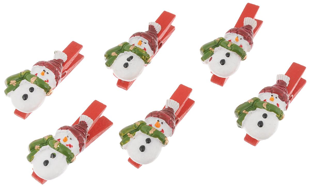 Набор новогодних украшений Феникс-Презент Снеговики в шарфиках, на прищепках, 6 шт41830Набор Феникс-Презент Снеговики в шарфиках состоит из 6 декоративных украшений - прищепок, изготовленных из полирезина и дерева. Изделия станут прекрасным дополнением к оформлению вашего новогоднего интерьера. Они используются для развешивания стикеров на веревке, маленьких игрушек и многого другого. Оригинальность и веселые цвета прищепок будут радовать глаз и поднимут настроение. Длина прищепки: 4,5 см. Размер декоративной части прищепки: 3,5 х 2 см.