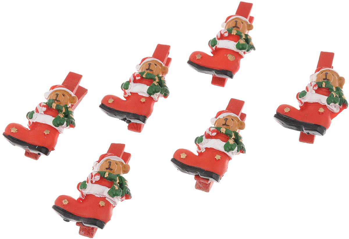 Набор новогодних украшений Феникс-Презент Мишки в сапогах, на прищепках, 6 шт41814Набор Феникс-Презент Мишки в сапогах состоит из 6 декоративных украшений - прищепок, изготовленных из полирезина и дерева. Изделия станут прекрасным дополнением к оформлению вашего новогоднего интерьера. Они используются для развешивания стикеров на веревке, маленьких игрушек и многого другого. Оригинальность и веселые цвета прищепок будут радовать глаз и поднимут настроение. Длина прищепки: 4,5 см. Размер декоративной части прищепки: 3,5 х 2,5 см.
