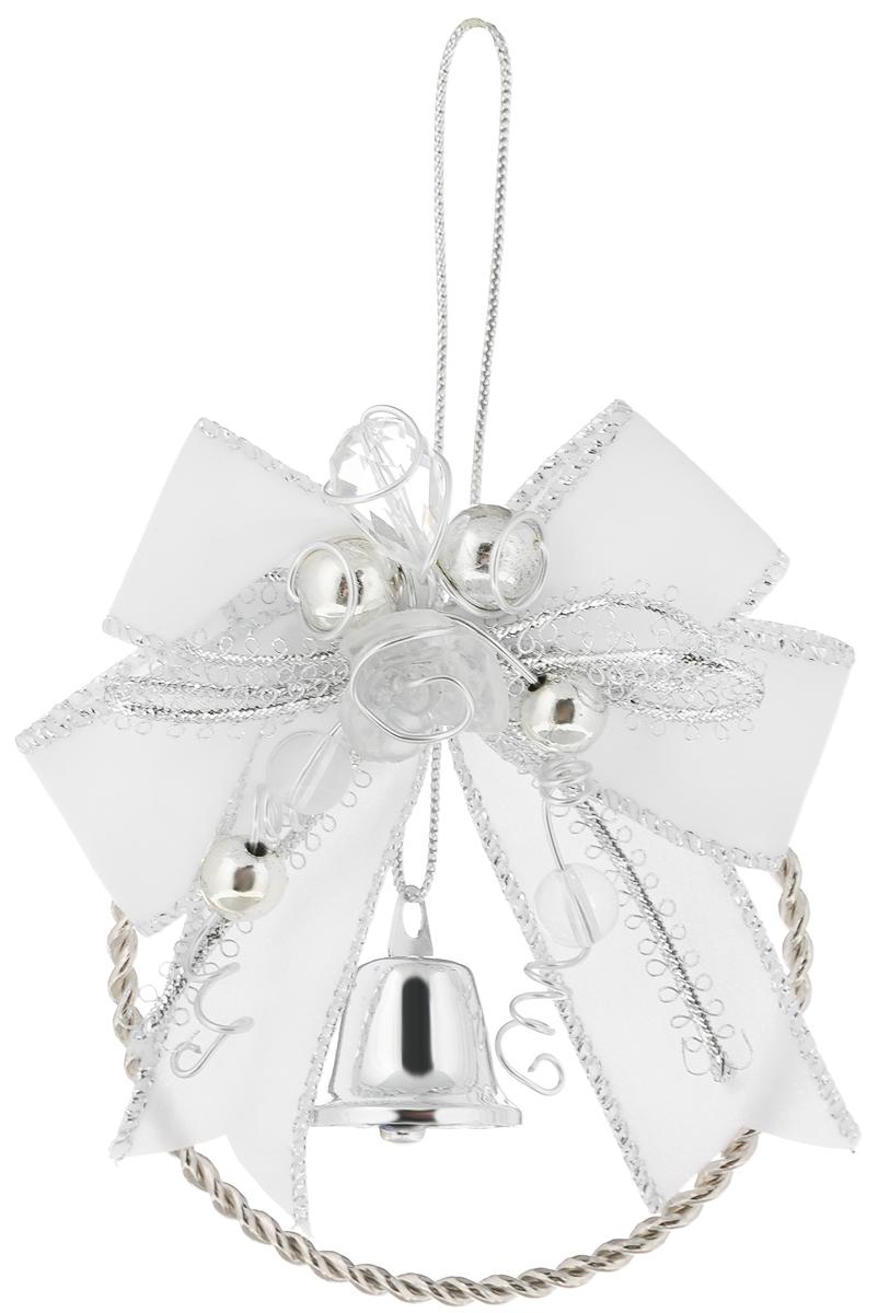 Украшение новогоднее подвесное Magic Time Колокольчик, цвет: белый, серебристый, диаметр 7,6 см39433Новогоднее подвесное украшение Magic Time Колокольчик изготовлено из высококачественного металла и полиэстера. Изделие выполнено в виде металлического кольца и украшено бантом, бусинами и колокольчиком. С помощью текстильной петельки его можно повесить в любом понравившемся вам месте. Но, конечно, удачнее всего такая игрушка будет смотреться на праздничной елке. Создайте в своем доме атмосферу веселья и радости, украшая новогоднюю елку нарядными игрушками, которые будут из года в год накапливать теплоту воспоминаний.Диаметр украшения: 7,6 см.
