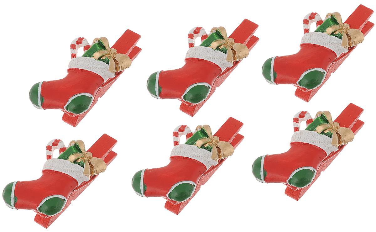 Набор новогодних украшений Феникс-Презент Носочки с подарками, на прищепках, 6 шт41815Набор Феникс-Презент Носочки с подарками состоит из 6 декоративных украшений - прищепок, изготовленных из полирезина и дерева. Изделия станут прекрасным дополнением к оформлению вашего новогоднего интерьера. Они используются для развешивания стикеров на веревке, маленьких игрушек и многого другого. Оригинальность и веселые цвета прищепок будут радовать глаз и поднимут настроение. Длина прищепки: 4,5 см. Размер декоративной части прищепки: 3,5 х 2,5 см.