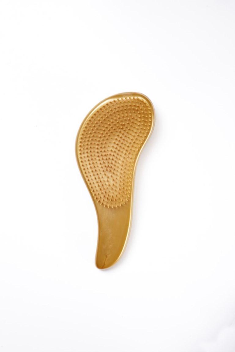 Rich Щетка для Волос Золотая150084Щетина щетки имеет разный уровень высоты, что позволяет ей легко скользить по волосам без зацепления и распутывать узелки. Кроме того, щетинки обладают антистатическими свойствами, что уменьшает наэлектризованность волос.Это позволит избежать образования узелков при расчесывании, добиться более равномерного нанесения кондиционера на волосы, что, несомненно, улучшит результат!