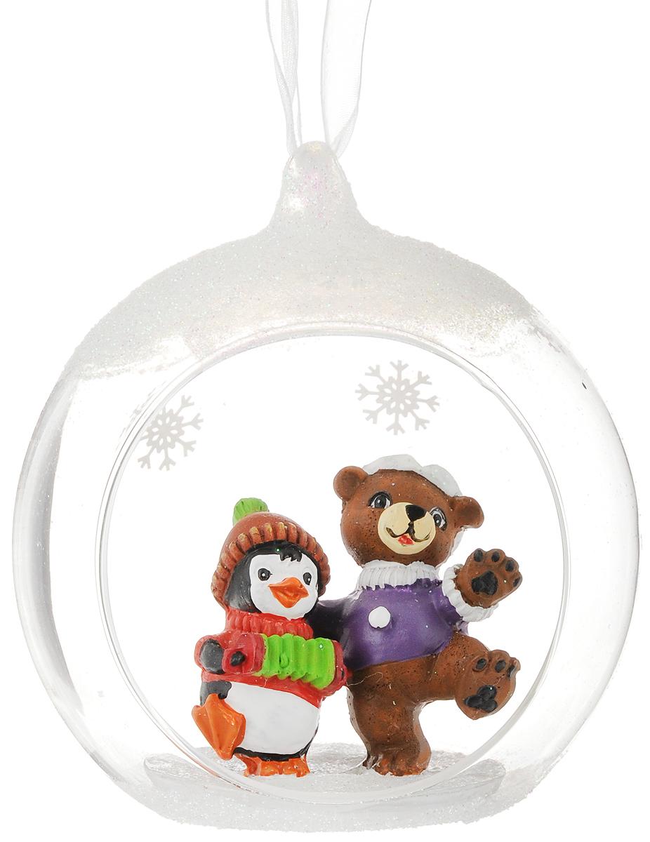 Украшение новогоднее подвесное Феникс-Презент Пингвин и мишка, с фигуркой внутри, 11 х 12 х 9,5 см41727Новогоднее подвесное украшение Пингвин и мишка выполнено из стекла и полирезины в виде полусферы с фигуркой внутри и украшено блестками. С помощью специальной петельки украшение можно повесить в любом понравившемся вам месте. Но, конечно, удачнее всего оно будет смотреться на праздничной елке.Елочная игрушка - символ Нового года. Она несет в себе волшебство и красоту праздника. Создайте в своем доме атмосферу веселья и радости, украшаяновогоднюю елку нарядными игрушками, которые будут из года в год накапливать теплоту воспоминаний. Состав: полирезина, стекло. Размер: 11 х 12 х 9,5 см.