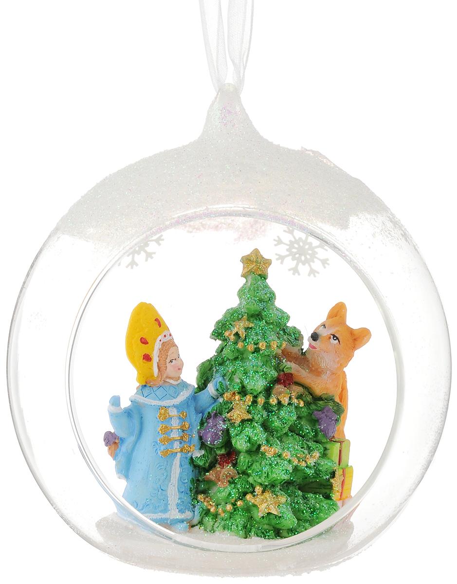 """Новогоднее подвесное украшение """"Снегурочка и зверята"""" выполнено из стекла и полирезины в виде полусферы с фигуркой внутри и украшено блестками. С помощью специальной петельки украшение можно повесить в любом понравившемся вам месте. Но, конечно, удачнее всего оно будет смотреться на праздничной елке.  Елочная игрушка - символ Нового года. Она несет в себе волшебство и красоту праздника. Создайте в своем доме атмосферу веселья и радости, украшая  новогоднюю елку нарядными игрушками, которые будут из года в год накапливать теплоту воспоминаний. Состав: полирезина, стекло. Размер: 11 х 12 х 9,5 см."""