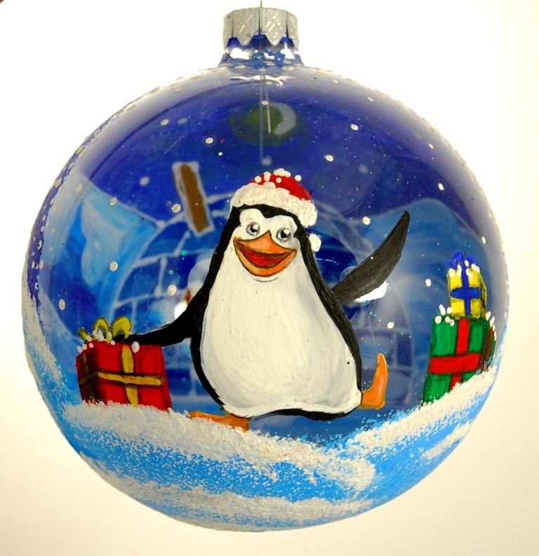 Новогоднее подвесное украшение Пингвин и подарки, диаметр 10 см. Ручная роспись. H-100-0000-GH-100-0000-G-Пингвин и подаркиСтеклянная елочная игрушка - Шар Пингвин и подарки диаметром 100 мм. Ручная роспись. Упакован в подарочную коробку + защитный гофрокороб.