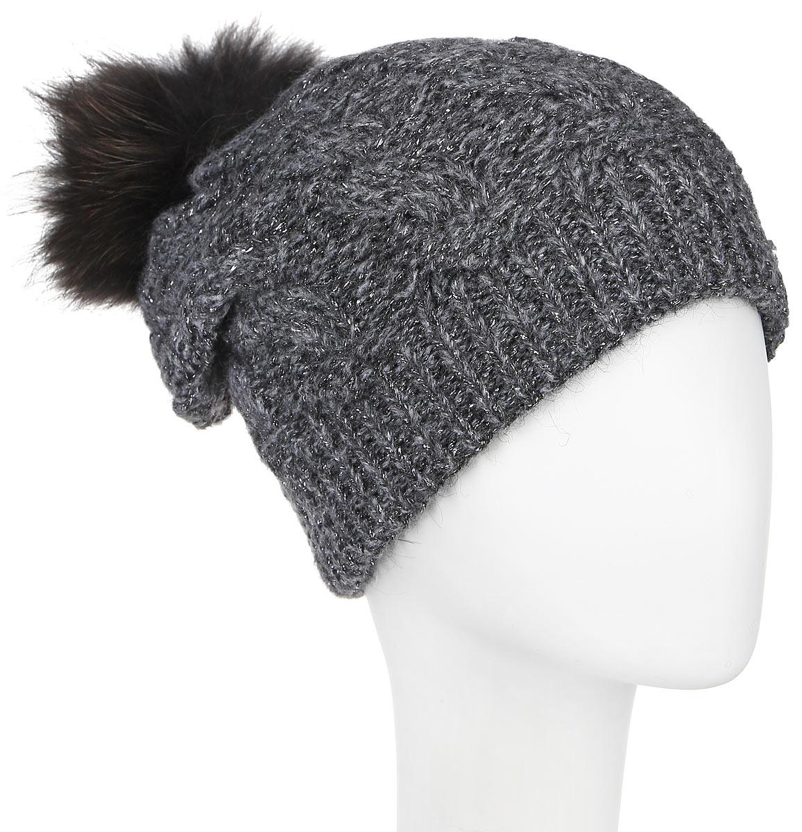 Шапка женская Dispacci, цвет: темно-серый. 21111S. Размер универсальный21111SСтильная женская шапка Dispacci, изготовленная из мягкой пряжи смешанного состава, она обладает хорошими дышащими свойствами и хорошо удерживает тепло. Элегантная шапка оформлена крупной вязкой с узорами и дополнена блестящим стильным люрексом. На макушке изделие дополнено помпоном из натурального меха. Практичная форма шапки делает ее очень комфортной, а маленькая аккуратная металлическая пластина с названием бренда подчеркивает ее оригинальность.