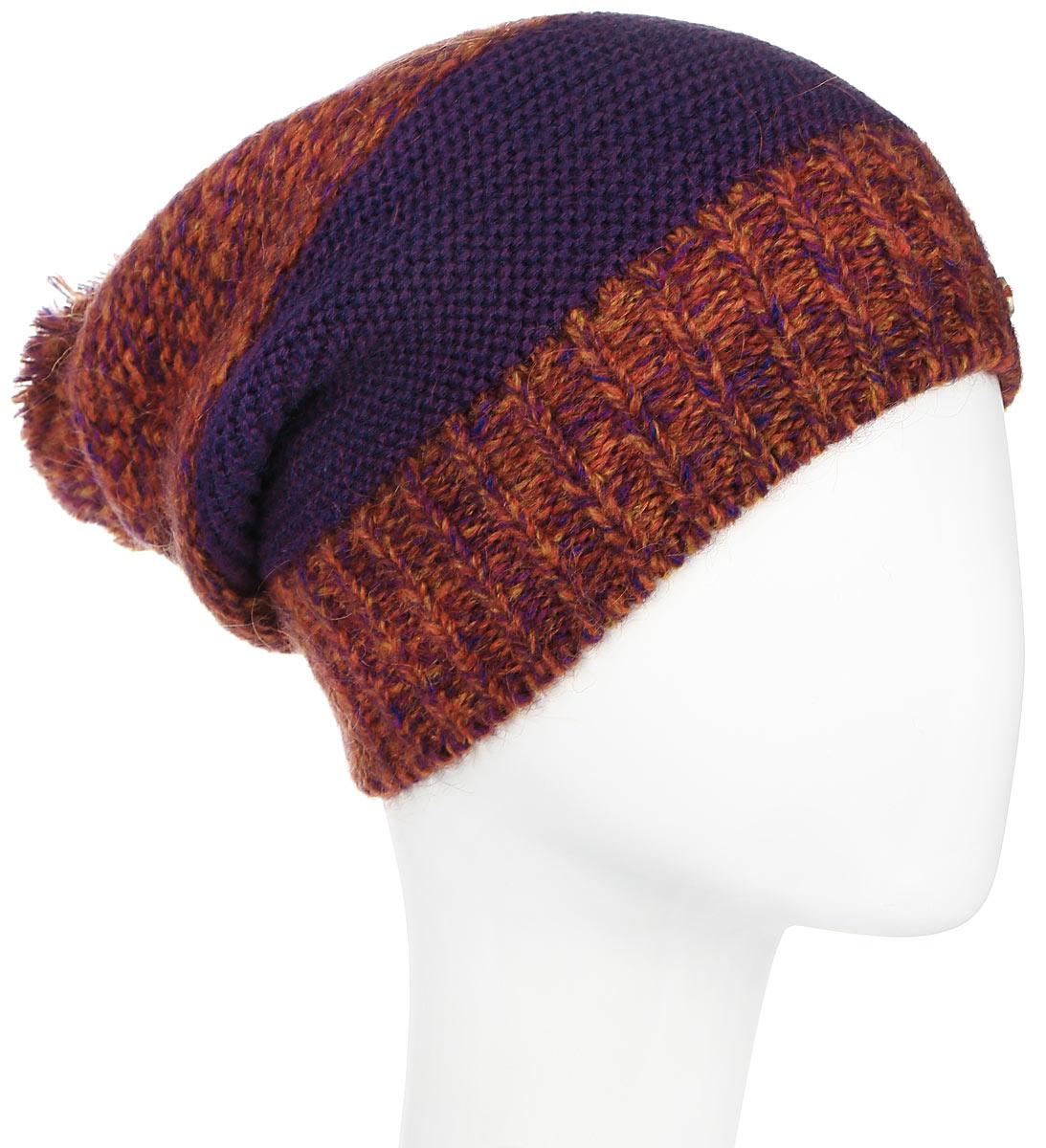 Шапка женская Dispacci, цвет: фиолетовый, оранжевый. 21120M. Размер универсальный21120MСтильная женская шапка Dispacci, изготовленная из мягкой итальянской пряжи смешанного состава, она обладает хорошими дышащими свойствами и хорошо удерживает тепло. Элегантная шапка немного удлиненная и свободная в макушке дополнена пушистым помпоном. Практичная форма модели делает ее очень комфортной, а маленькая аккуратная металлическая пластина с названием бренда подчеркивает ее оригинальность.