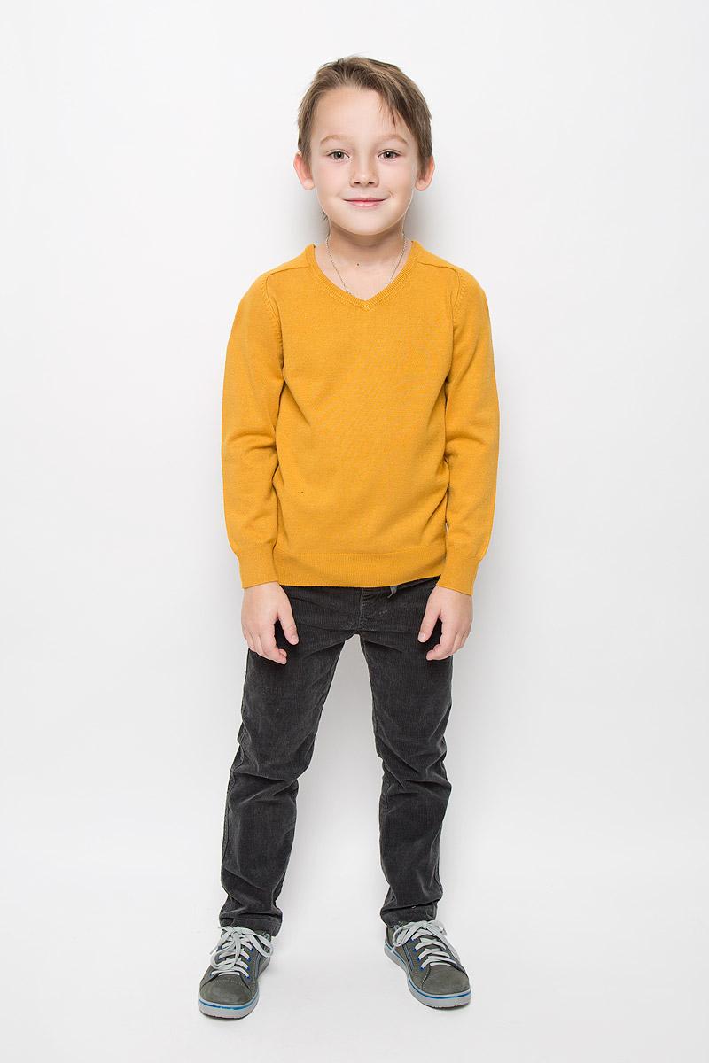 Пуловер для мальчика Button Blue, цвет: горчичный. 216BBBC34010400. Размер 98, 3 года216BBBC34010400Модный пуловер Button Blue, изготовленный из вискозы и нейлона, станет отличным дополнением к гардеробу вашего мальчика. Материал изделия приятный на ощупь, не сковывает движений и позволяет коже дышать, не раздражает даже самую нежную и чувствительную кожу ребенка, обеспечивая наибольший комфорт.Модель с V-образным вырезом горловины и длинными рукавами выполнена в лаконичном стиле. Горловина, манжеты рукавов и низ джемпера связаны резинкой.