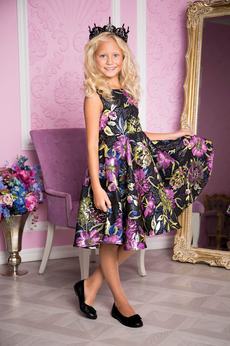 Платье для девочки Sweet Berry, цвет: лиловый, черный. 215803. Размер 146215803Платье для девочки Sweet Berry выполнено из высококачественного материала и дополнено подкладкой из хлопка. Платье-миди с круглым вырезом горловины застегивается сзади на застежку-молнию. Юбка оформлена складками. Платье оформлено оригинальным цветочным принтом.