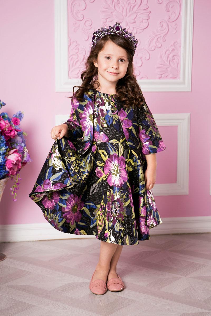 Платье для девочки Sweet Berry, цвет: лиловый, черный. 215902. Размер 110215902Платье для девочки Sweet Berry выполнено из высококачественного материала и дополнено подкладкой из хлопка. Модель с круглым вырезом горловины застегивается сзади на застежку-молнию. Юбка оформлена складками. Платье оформлено оригинальным цветочным принтом.