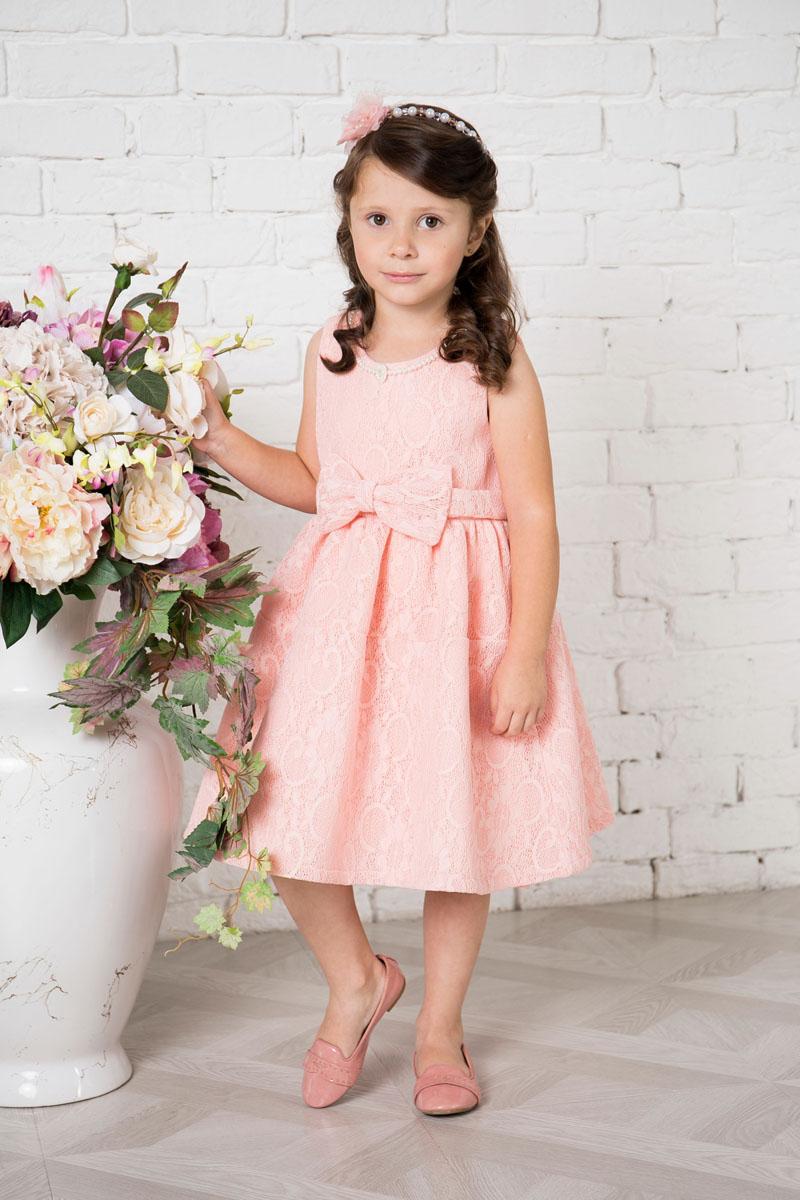 Платье для девочки Sweet Berry, цвет: пудровый. 215905. Размер 104215905Платье для девочки Sweet Berry выполнено из высококачественного кружевного материала и дополнено подкладкой из натурального хлопка. Модель сзади застегивается на потайную застежку-молнию. Платье дополнено текстильным бантом украшенным спереди бантом. Горловина оформлена декоративными бусами.