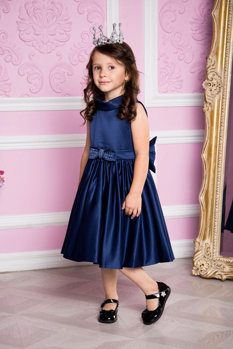 Платье для девочки Sweet Berry, цвет: сине-ледяной. 215906. Размер 104215906Платье для девочки Sweet Berry выполнено из высококачественного атласного материала и дополнено подкладкой из натурального хлопка. Модель сзади застегивается на потайную застежку-молнию. Сзади платье оформлено большим текстильным бантом, а также спереди небольшим бантом украшенным стразами.