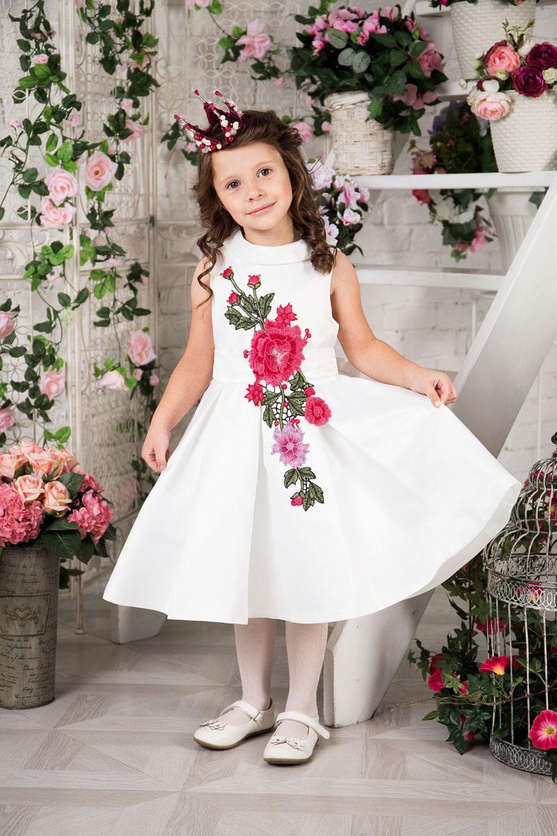 Платье для девочки Sweet Berry, цвет: ванильный. 215911. Размер 116215911Платье для девочки Sweet Berry выполнено из высококачественного атласного материала и дополнено подкладкой из натурального хлопка. Модель с пышной юбкой сзади застегивается на застежку-молнию. Модель оформлена цветочной нашивкой. Платье дополнено текстильным поясом.