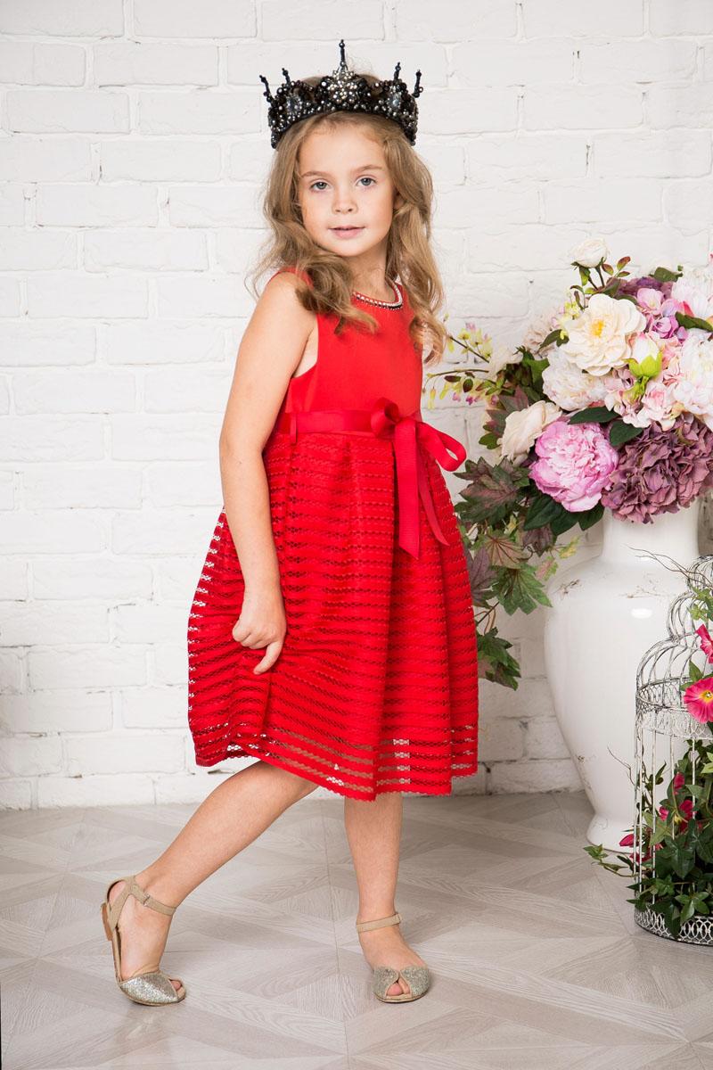 Платье для девочки Sweet Berry, цвет: красный. 215923. Размер 128215923Платье для девочки Sweet Berry выполнено из высококачественного материала и дополнено подкладкой из хлопка. Платье-миди с круглым вырезом горловины застегивается сзади на потайную застежку-молнию. Юбка выполнена из оригинального материала и оформлена складками. Линию талии подчеркивает текстильный поясок.