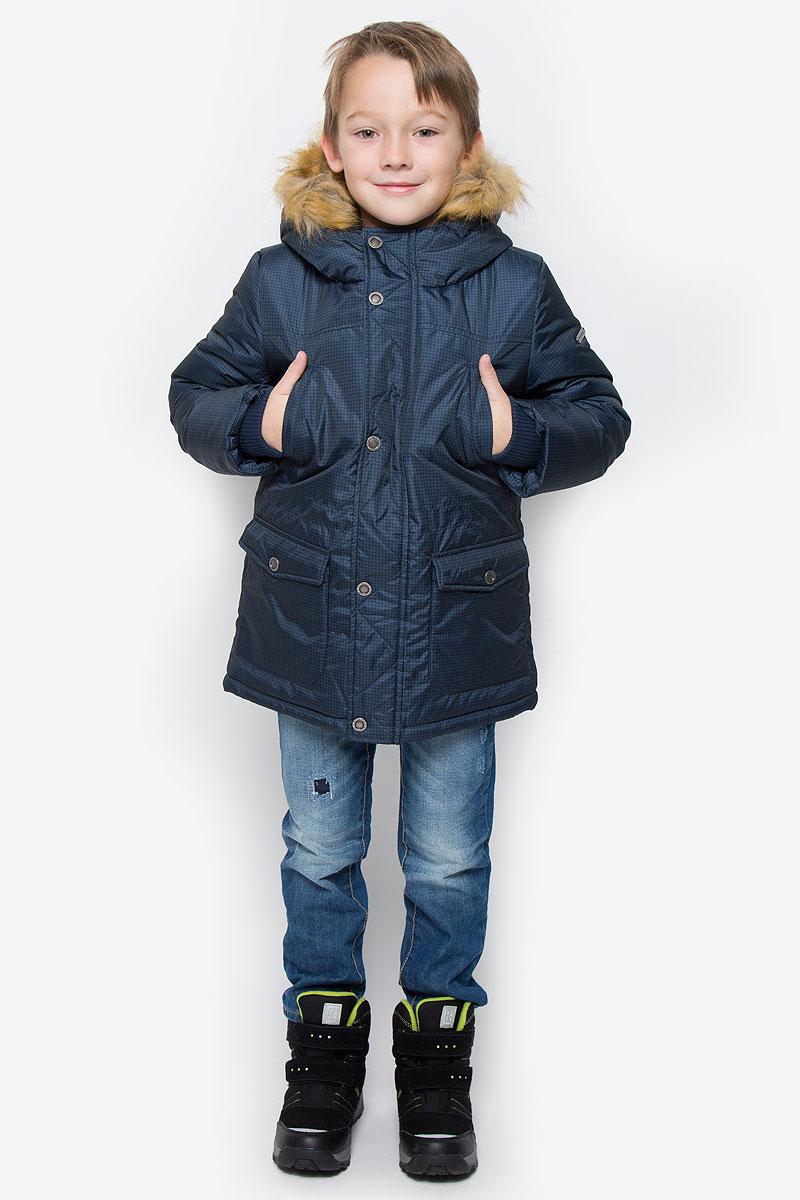Куртка для мальчика Button Blue, цвет: темно-синий. 216BBBC45011006. Размер 98, 3 года216BBBC45011006Модная куртка Button Blue согреет вашего мальчика в прохладную погоду. Модель выполнена из 100% полиэстера. В качестве утеплителя используется искусственный пух - 100% полиэстер. Модель с несъемным капюшоном, оформленным съемным искусственным мехом, застегивается на пластиковую застежку-молнию и дополнительно на ветрозащитный клапан с кнопками. Спереди куртка дополнена двумя накладными карманами с клапанами на кнопках, на груди - двумя прорезными карманами. Манжеты рукавов дополнены трикотажными резинками. С внутренней стороны на талии и на нижней части модели предусмотрены эластичные шнурки со стопперами.