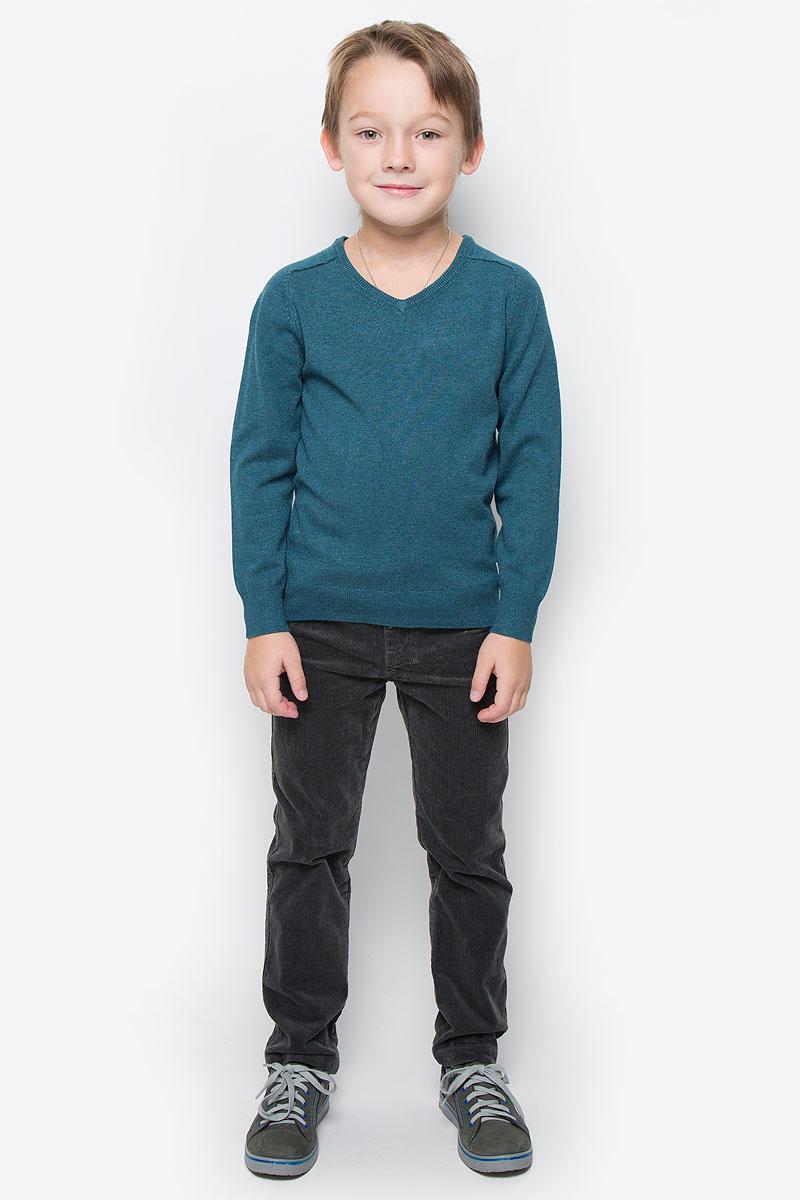 Пуловер для мальчика Button Blue, цвет: темно-бирюзовый. 216BBBC34012500. Размер 104, 4 года216BBBC34012500Модный пуловер Button Blue, изготовленный из вискозы и нейлона, станет отличным дополнением к гардеробу вашего мальчика. Материал изделия приятный на ощупь, не сковывает движений и позволяет коже дышать, не раздражает даже самую нежную и чувствительную кожу ребенка, обеспечивая наибольший комфорт.Модель с V-образным вырезом горловины и длинными рукавами выполнена в лаконичном стиле. Горловина, манжеты рукавов и низ джемпера связаны резинкой.