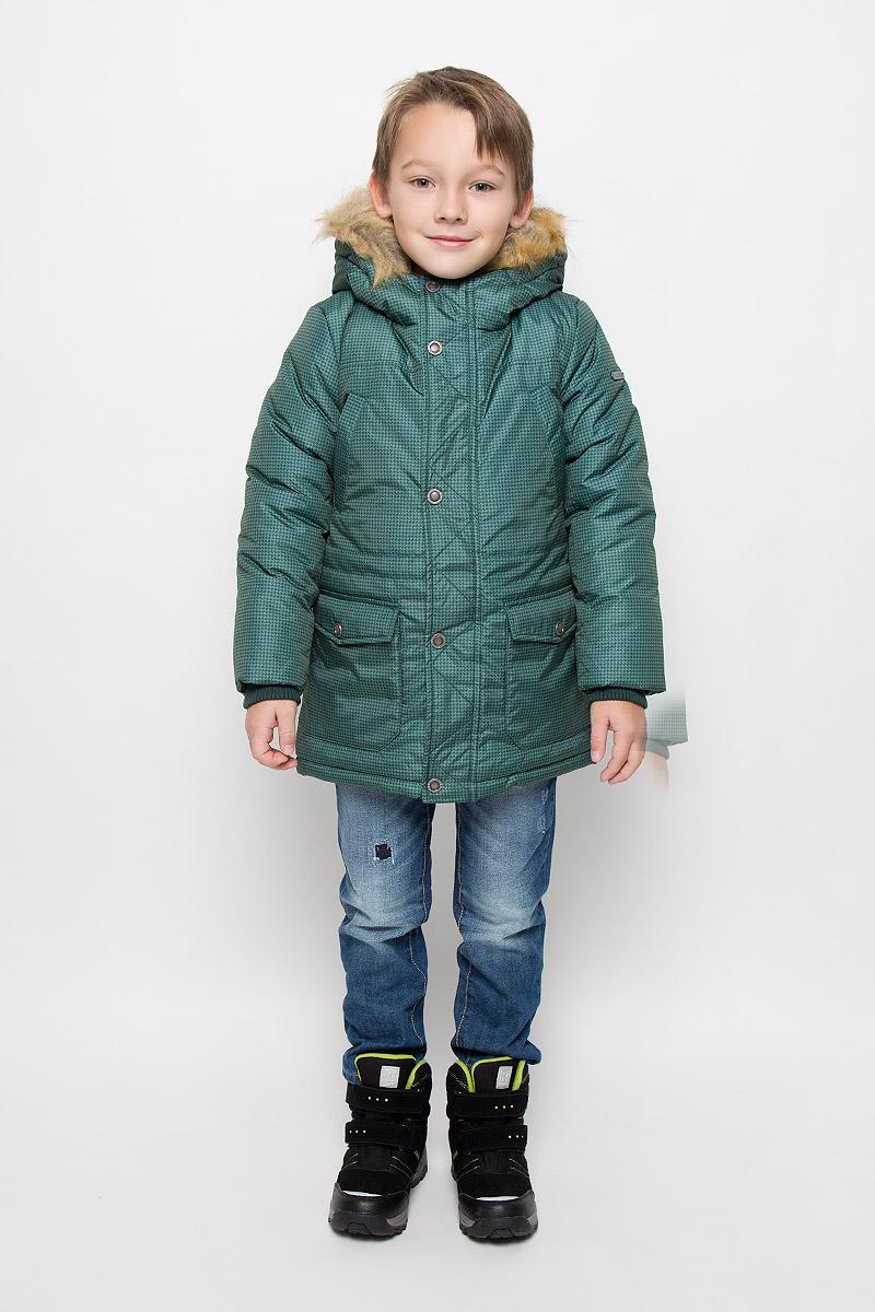 Куртка для мальчика Button Blue, цвет: зеленый. 216BBBC45010506. Размер 104, 4 года216BBBC45010506Удлиненная куртка для мальчика Button Blue c длинными рукавами и несъемным капюшоном выполнена из прочного полиэстера. Подкладка дополнена вставкой из мягкого флиса. Наполнитель - синтепон. Объем капюшона регулируется при помощи шнурка-кулиски. Модель застегивается на застежку-молнию спереди, имеет ветрозащитный клапан на кнопках. Низ и линия талии куртки дополнены шнурками-кулисками со стопперами. Изделие имеет два открытых втачных кармана на груди и два накладных кармана с клапанами на кнопках спереди. Рукава куртки дополнены внутренними трикотажными манжетами. Куртка оформлена принтом в мелкую клетку. Капюшон украшен искусственным мехом из полиэстера.