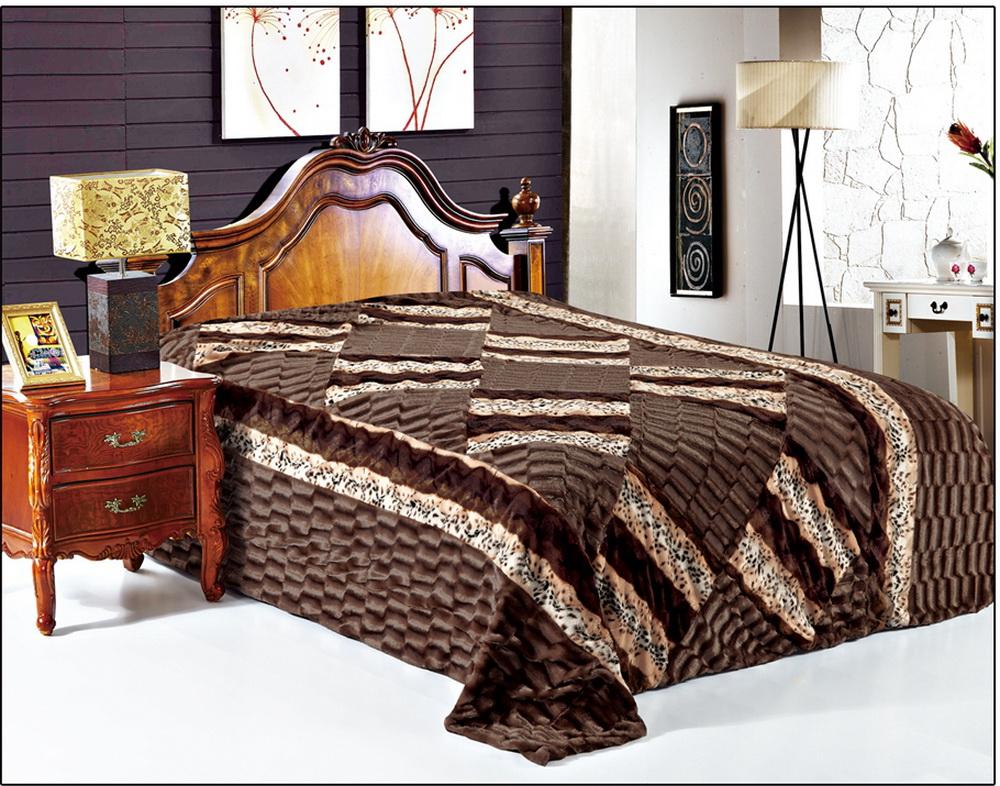 Покрывало Cleo Фурла, 220 x 240 см210/01-DZПокрывало Cleo из искусственного меха порадует вас своим дизайном и качеством исполнения. Покрывала из искусственного меха (акрил) универсальны в использовании: их можно положить на кровать для украшения интерьера, использовать вместо одеяла или пледа, как накидку на кресло или диван, оно также может заменить на полу шкуру животного. Современные технологии позволяют делать ворс разной длины, фактуры и цвета, что делает коллекцию реалистичной визуально и тактильно. Такие меховые покрывала обладают рядом преимуществ: они износостойкие, не теряют форму, не выгорают и не садятся при стирке, стираются легко, сохнут быстро. Акрил является синтетическим материалом, в нем не живут микроорганизмы, поэтому он гипоаллергенный. Оригинальное меховое покрывало стильно дополнит интерьер спальни и сохранит безупречный внешний вид на долгие годы. Покрывала Cleo - это экологичность и стиль.