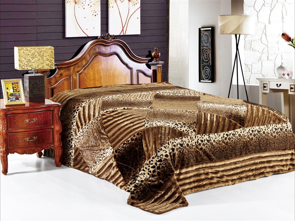 Покрывало Cleo Марцо, 220 x 240 см210/04-DZПокрывало Cleo из искусственного меха порадует вас своим дизайном и качеством исполнения. Покрывала из искусственного меха (акрил) универсальны в использовании: их можно положить на кровать для украшения интерьера, использовать вместо одеяла или пледа, как накидку на кресло или диван, оно также может заменить на полу шкуру животного. Современные технологии позволяют делать ворс разной длины, фактуры и цвета, что делает коллекцию реалистичной визуально и тактильно. Такие меховые покрывала обладают рядом преимуществ: они износостойкие, не теряют форму, не выгорают и не садятся при стирке, стираются легко, сохнут быстро. Акрил является синтетическим материалом, в нем не живут микроорганизмы, поэтому он гипоаллергенный. Оригинальное меховое покрывало стильно дополнит интерьер спальни и сохранит безупречный внешний вид на долгие годы. Покрывала Cleo - это экологичность и стиль.