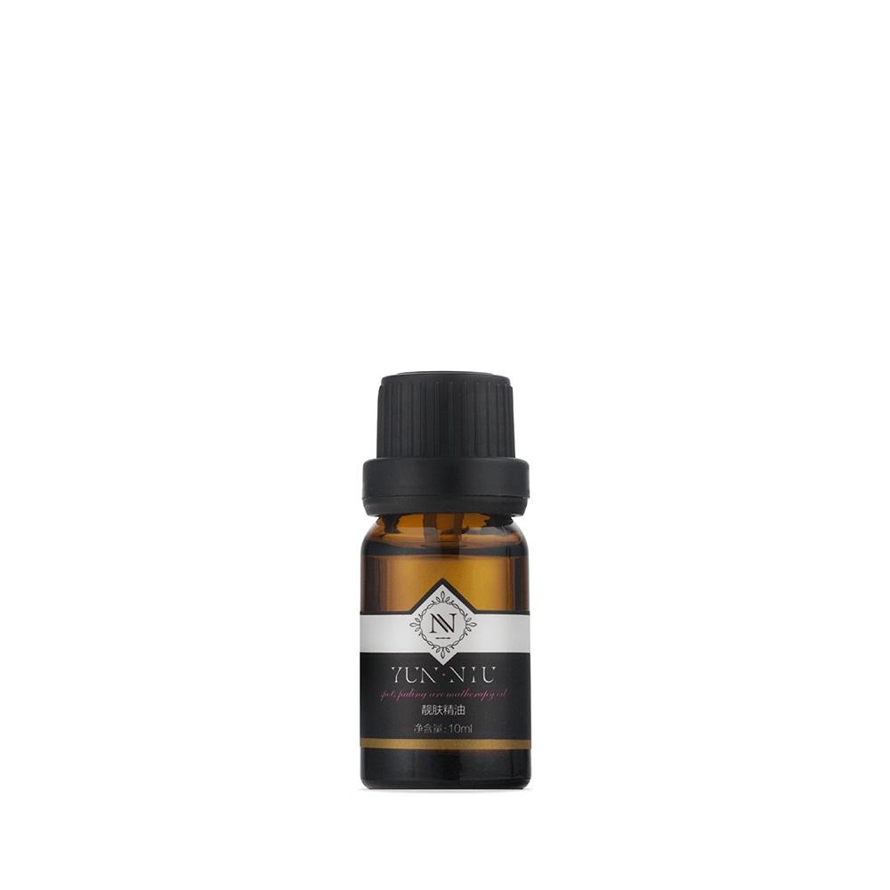 Смесь масел для ухода за кожей вокруг глаз Yun-Niu (Eye Care Essential Oil), 10 мл.220056Восстанавливающее и защищающее средство для кожи вокруг глаз (масло). 10 млНазначениеМасло жожоба. Благодаря высокому содержанию витамина Е, масло жожоба обладает противовоспалительным, регенерирующим, нормализующим, антиоксидантным действием. Применяется при следующих проблемах:дряблая, утомленная и стареющая кожа;сухая, шелушащаяся и обезвоженная кожа;морщины, особенно вокруг глаз. Масло из виноградных косточек Широкий спектр действия этого масла обусловлен содержанием в нем витаминов и микроэлементов. Масло винограда подходит для жирной, а также для проблемной кожи. Масло успокаивает раздраженную кожу. Витамины А, С, Е, природные антиоксиданты, которые улучшают состояние кожного покрова. Витамин Е главный защитник клеток кожи от пагубного воздействия окружающей среды. Снимает воспаление на коже лица и тонизирует кожу. Масло из виноградных косточек оказывает отбеливающее действие на кожу. Подходит для ухода за увядающей кожей.Розовое масло Масло розы обладает увлажняющим, успокаивающим, регенерирующим действием. Розовое масло наиболее эффективно для ухода за сухой и чувствительной, а так же возрастной кожей. Ромашковое масло По отзывам ароматерапевтов и косметологов, процедуры с применением ромашкового масла отбеливают, успокаивают, обновляют, разглаживают, очищают и ускоряют эпителизацию всех типов кожи. Особенно полезно наносить косметику и домашние ухаживающие средства с ромашкой на сухую, тонкую, утомленную кожу, потерявшую тургор.Полезно ромашковое масло и для проблемной кожи, так как способствует снятию воспаления в глубоких слоях посредством угнетения болезнетворных микробов и бактерий. Помимо этого ромашка сужает поры, снимает покраснения, выравнивает тон, сглаживает неровности, растворяет черные точки и улучшает цвет лица. Действие? Устраняет темные круги под глазами;? Сужает поры? Оказывает противовоспалительное действие? Содержит большое количество витаминов? Разгла