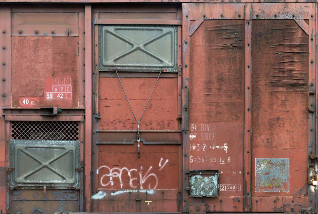 Фотообои Komar Старый вагон, 3,68 х 2,48 мXXL4-001Флизелиновые фотообои известного бренда Komar позволят создать неповторимый облик помещения, в котором они размещены. Фотообои наносятся на стены тем же способом, что и обычные обои. Благодаря превосходной печати и высококачественной флизелиновой основе такие обои будут радовать вас долгое время.Выбрав правильную фактуру и сюжет изображения можно добиться невероятного эффекта живого присутствия. Ширина рулона: 3,68 м.Высота полотна: 2,48 м.