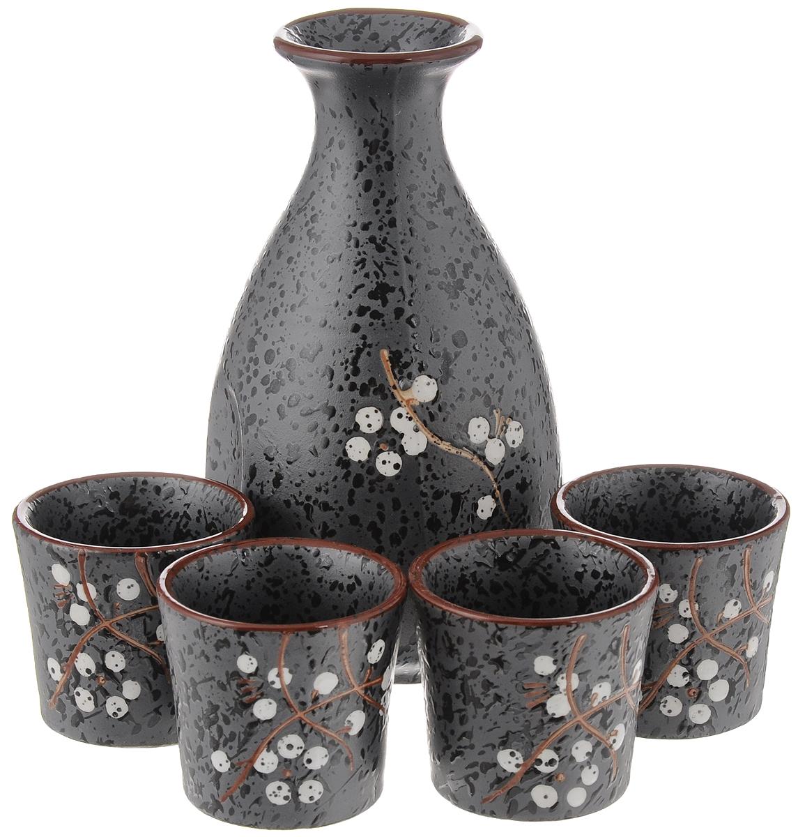 """Набор для саке """"House & Holder"""" состоит из кувшинчика и 4 стопок.  Изделия выполнены из высококачественного фаянса,  оформленного изящным орнаментом. Небольшой кувшинчик  оснащен носиком и сбоку двумя выемками для удобного  захвата.  Набор для саке - это прекрасный подарок для ваших друзей  или родственников, который подарит новые ощущения во  время трапезы, а также придаст вашему интерьеру восточный  колорит.   Диаметр кувшинчика (по верхнему краю): 4,3 см.  Высота кувшинчика: 14 см.  Диаметр стопки (по верхнему краю): 5 см.  Высота стопки: 4,8 см."""
