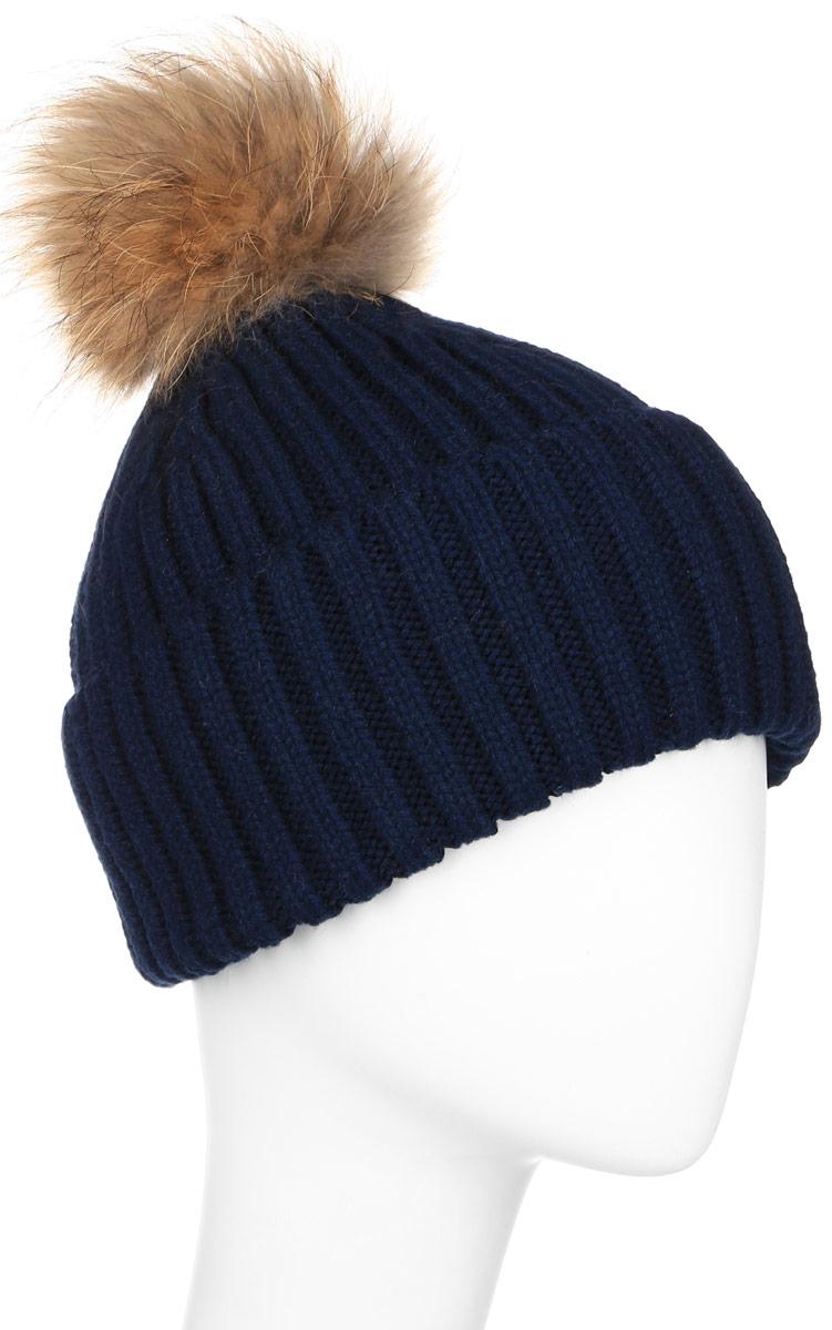 Шапка женская Finn Flare, цвет: темно-синий. W16-11117_101. Размер 56W16-11117_101Стильная женская шапка Finn Flare дополнит ваш наряд и не позволит вам замерзнуть в холодное время года. Шапка выполнена из высококачественной пряжи, что позволяет ей великолепно сохранять тепло и обеспечивает высокую эластичность и удобство посадки.Модель оформлена брендовой металлической пластиной и дополнена пушистым помпоном и меха енота.