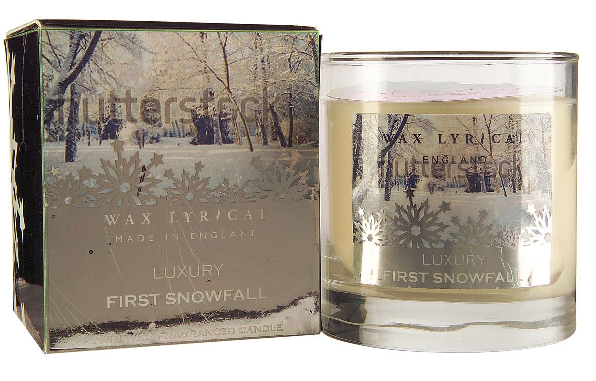 Свеча ароматизированная Wax Lyrical Первый снег, 1105 гAIS050Свеча ароматизированная Wax Lyrical Первый снег имеет свежий, спокойный аромат, сочетающий в себе инжирные, цитрусовые и морские ноты, а также состоящий из цветочного микса лилии и жасмина.