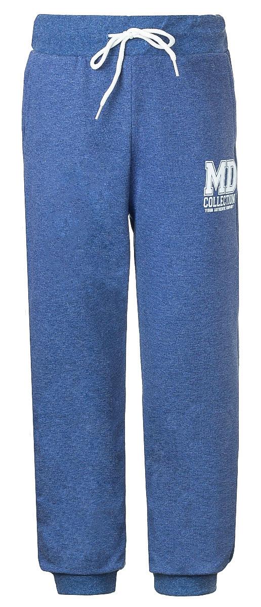 Брюки спортивные для мальчика M&D, цвет: темно-синий деним. WJJ16008M-11. Размер 116WJJ16008M-11Стильные спортивные брюки M&D для мальчика станут отличным дополнением к гардеробу вашего ребенка. Изготовленные из хлопка с небольшим дополнением лайкры, они мягкие и приятные на ощупь.Брюки на талии имеют широкую эластичную резинку со шнурком. По бокам расположены два втачных кармана. Нижняя часть штанин дополнена широкими трикотажными манжетами. Оформлена модель принтом с надписями.