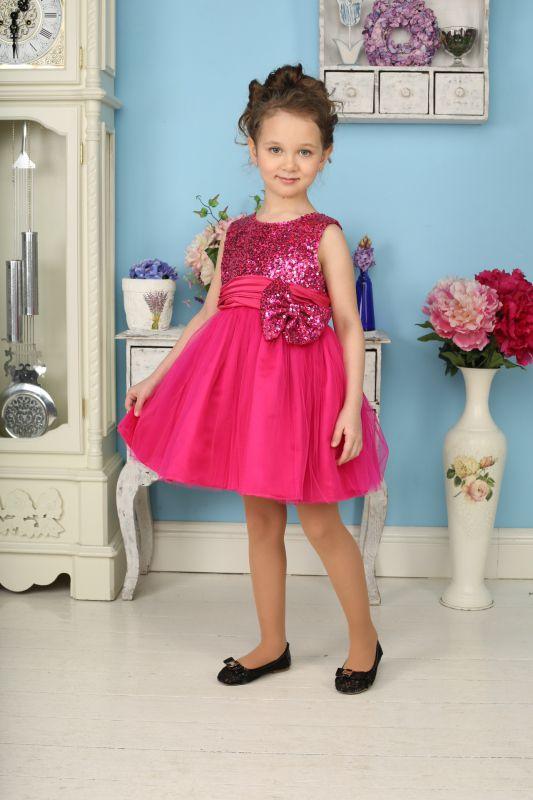 Платье для девочки Sweet Berry, цвет: фуксия. 185924. Размер 104, 4 года185924Яркое платье для девочки Sweet Berry станет отличным дополнением к гардеробу вашей модницы. Платье изготовлено из полиэстера на подкладке из натурального хлопка, оно мягкое и приятное на ощупь, не сковывает движения и позволяет коже дышать, не раздражает даже самую нежную и чувствительную кожу ребенка, обеспечивая наибольший комфорт.Платье с круглым вырезом горловины имеет слегка завышенную линию талии. Модель на спинке застегивается на молнию, что помогает с легкостью переодеть ребенка. Верхняя часть объемной многослойной юбки выполнена из мягкой микросетки. На подъюбнике предусмотрена оборка из сетки, придающая объем. Верх платья расшит пайетками по всей поверхности. На поясе изделие дополнено съемным бантом, который также украшен пайетками.Такое красивое и яркое платье идеально подойдет для праздничных мероприятий. В нем ваша маленькая принцесса будет чувствовать себя стильно и модно, и всегда будет в центре внимания!