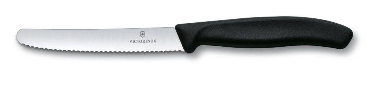 Нож для томатов и сосисок Victorinox SwissClassic, цвет: черный, длина лезвия 11 см6.7833Нож Victorinox SwissClassic идеально сбалансирован, чтобы обеспечить точную и легкую нарезку продуктов. Благодаря тщательно подобранным материалам нож легко использовать, легко мыть и легко хранить. Зубчатое лезвие ножа, выполненное из высококачественной стали, идеально подходит для нарезания томатов и сосисок. Удобная ручка из полипропилена с гладким покрытием обеспечивает надежный хват. Общая длина ножа: 21,8 см.