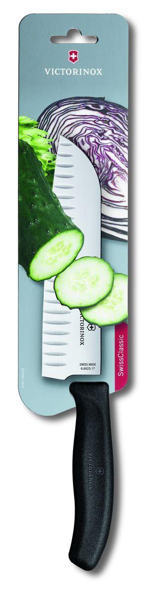 Нож сантоку Victorinox SwissClassic, цвет: черный, длина лезвия 17 см6.8523.17BНож сантоку Victorinox SwissClassic - незаменимый помощник на вашей кухне. Лезвие, изготовленное из стали, более стойкое к воздействию кислот, содержащихся в продуктах, более гигиенично и не подвержено коррозии. Кроме того, лезвие из стали сохраняет остроту дольше, чем другие ножи. Легкая, отлично сбалансированная и приятная на ощупь рукоятка удобна в использовании. Такой нож идеально подходит для измельчения, нарезки ломтиками и кубиками овощей, фруктов, рыбы и мяса.