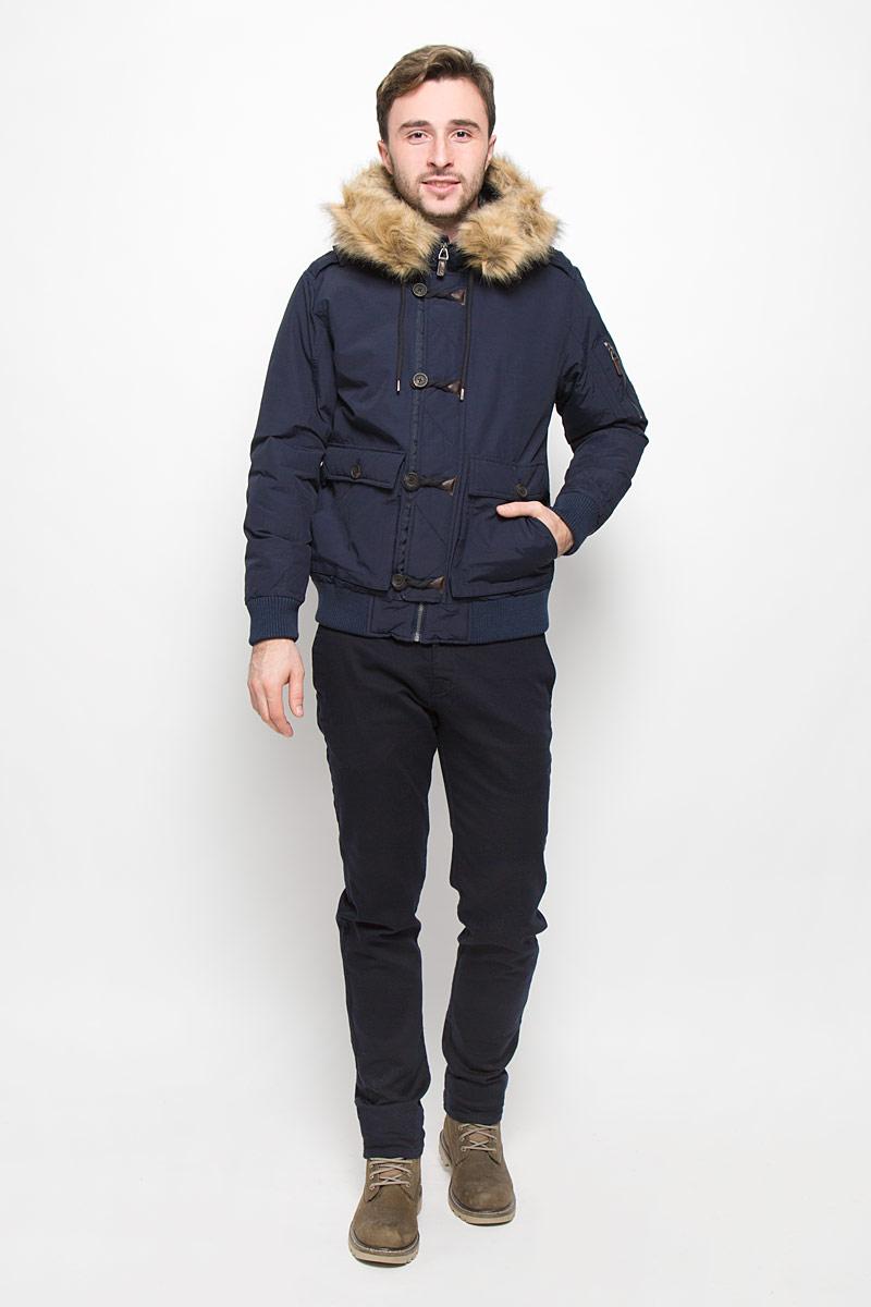 Куртка мужская Mexx, цвет: темно-синий. MX3023585_MN_JCK_010. Размер L (50)MX3023585_MN_JCK_010_403Мужская куртка выполнена из хлопка с добавлением полиамида. В качестве подкладки и утеплителя используется полиэстер. Модель с капюшоном и длинными рукавами застегивается на застежку-молнию и имеет ветрозащитную планку на пуговицах. С внутренней стороны также расположена ветрозащитная планка. Капюшон дополнен шнурком-кулиской и оформлен искусственным мехом, который модно отстегнуть. Низ рукавов обработан трикотажными манжетами. Низ модели дополнен эластичными вставками. Спереди куртка оформлена двумя двойными накладными карманами с клапанами на пуговицах, а с внутренней стороны прорезным карманом на кнопке. На левом рукаве расположен накладной карман на застежке-молнии.