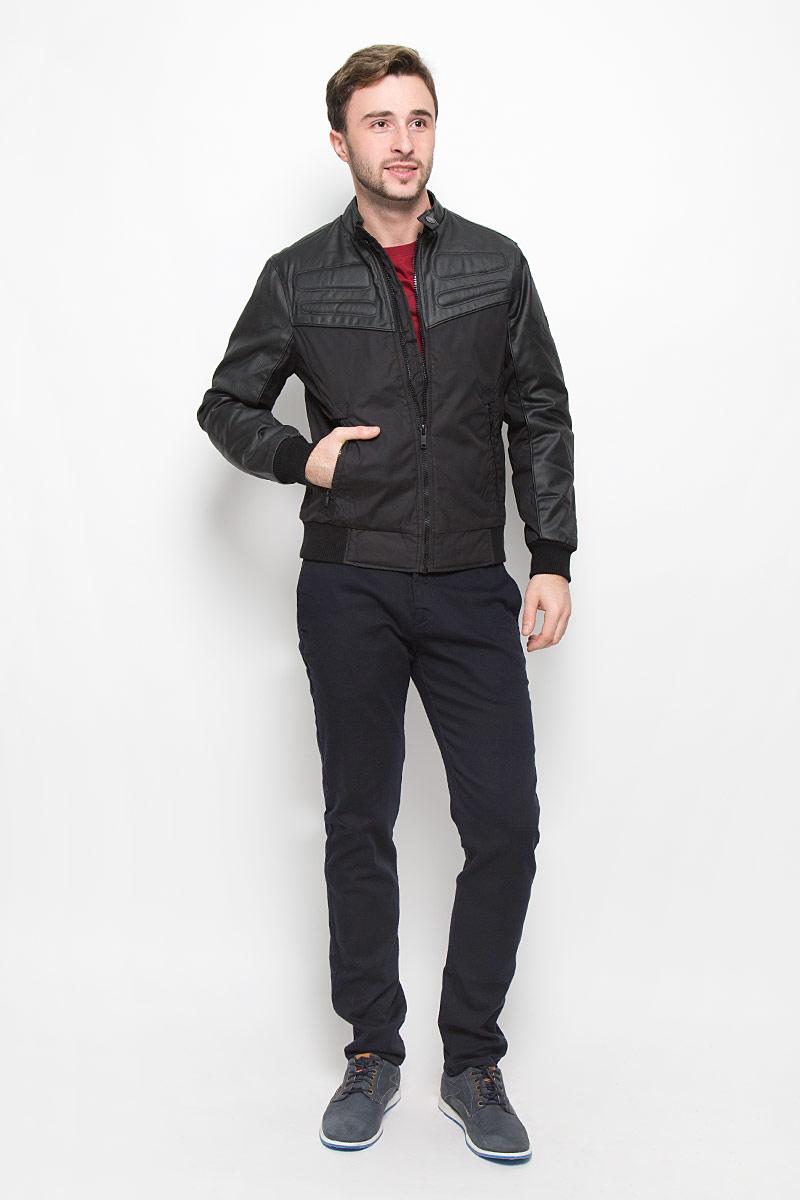 Куртка мужская Mexx, цвет: черный. MX3023560_MN_JCK_008. Размер S (46)MX3023560_MN_JCK_008_001Мужская куртка выполнена из полиэстера и дополнена вставками из полиэстера с добавлением хлопка. В качестве подкладки и утеплителя используется полиэстер. Модель с воротником стойкой застегивается на застежку-молнию и хлястиком на кнопке. Низ модели и низ рукавов дополнен трикотажными манжетами. Спереди куртка дополнена двумя прорезными карманами на застежках-молниях, а с внутренней стороны накладным карманом на липучке.
