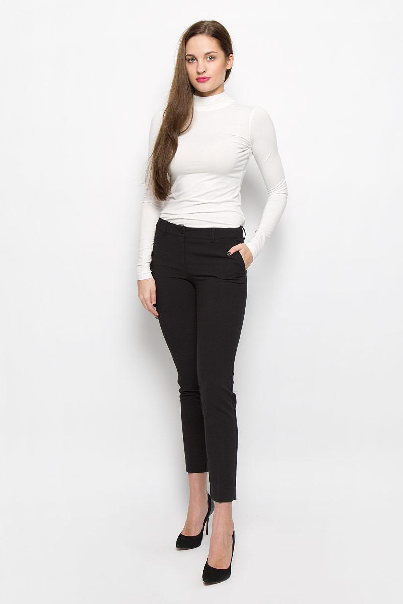 Брюки женские Finn Flare, цвет: черный. W16-170150_200. Размер M (46)W16-170150_200Укороченные классические женские брюки Finn Flare, выполненные из высококачественного комбинированного материала, великолепно дополнят ваш образ и позволят подчеркнуть свой неповторимый стиль. Модель стандартной посадки и зауженного кроя застегивается на ширинку на застежке-молнии, а также на пуговицу в поясе. Изделие дополнено двумя врезными карманами спереди и имитацией карманов сзади. Имеются шлевки для ремня.