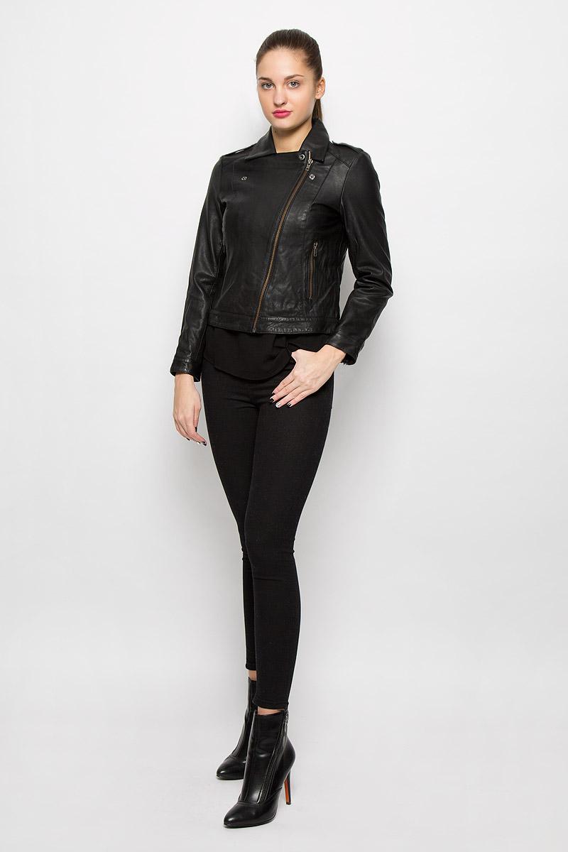 Куртка женская Selected Femme, цвет: черный. 16053069. Размер 40 (46)16053069_BlackЖенская куртка Selected Femme с длинными рукавами и отложным воротником выполнена из натуральной кожи. Подкладка изготовлена из 100% полиэстера. Куртка застегивается на застежку-молнию спереди, дополнена кнопками, позволяющими зафиксировать борта куртки в виде лацканов. Модель дополнена двумя втачными карманами спереди и украшена декоративными застежками-молниями на рукавах.