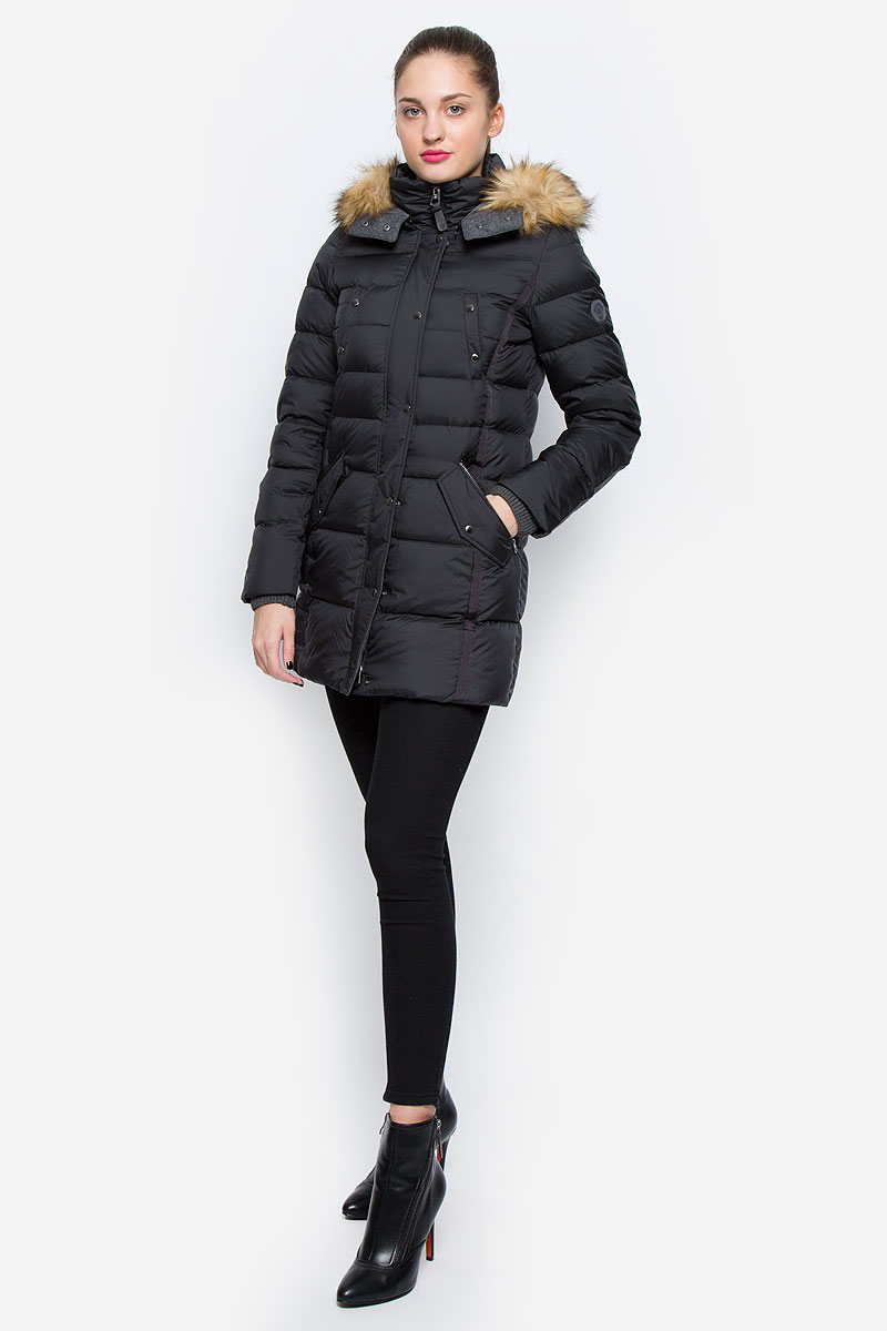 Пальто женское Marc OPolo, цвет: черный. 032971047/990. Размер 40 (46)032971047/990Стильное женское пальто Marc OPolo изготовлено из высококачественного материала. В качестве утеплителя используется пух с добавлением пера. Пальто с воротником-стойкой и съемным капюшоном, оформленным съемным искусственным мехом, застегивается на пластиковую молнию и дополнительно на ветрозащитный клапан с кнопками. Капюшон, оснащенный застежками-кнопками, пристегивается к куртке с помощью застежки-молнии. Спереди расположены два прорезных кармана на застежках-молниях, два прорезных кармана, закрывающиеся на клапаны с кнопками, и два нагрудных прорезных кармана на кнопках. Манжеты рукавов дополнены вязаными напульсниками.