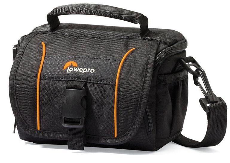 Lowepro Adventura SH110 II, Black сумка для фотокамерыLP36865-0RUМодель Adventura SH 110 II из обновленной серииAdventura II ориентирована на современных требовательных фотографов. Подходит как для кратковременных поездок, так и для путешествий благодаря продуманному дизайну, вместительности и компактным размерам, а также удобной возможности положить ее в более габаритную багажную сумку.Изменения проведены в значительно большем объеме, чем простообновление дизайна. Качество материала, дополнительно добавленный такой популярный элемент, как резиновый бампер, поднимает новую серию на порядок выше по уровню исполнения. Внутренняя подкладка в сумках предлагается в сером цветовом решении.Основные особенности :Резиновый бампер для дополнительной защиты от внешних воздействий, трения, влажности, смягчения ударов при падении сумкиВозможность разместить все необходимое в регулируемом основном отделении и мелких аксессуаров - в дополнительных кармашкахРегулируемый плечевой ремень, ручка для переноски сумки, петли для поясного ремняВнешний карман для мелких аксессуаров на молнии под основной крышкой сумки Боковые сетчатые карманыКармашек для карты памятиКармашек на молнии для мелких аксессуаров на внутренней стороне крышки