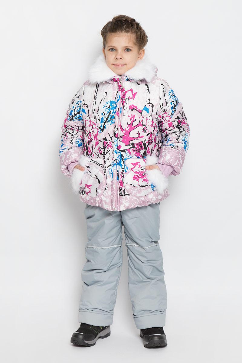 Комплект для девочки Boom!: куртка, полукомбинезон, цвет: розовый, белый, синий. 64344_BOG_вар.2. Размер 86, 1,5-2 года64344_BOG_вар.2Теплый комплект для девочкиBoom!, идеально подойдет для вашему ребенку в холодное время года. Комплект состоит из куртки и полукомбинезона, изготовленных из водоотталкивающей ткани с утеплителем из синтепона. Куртка на флисовой подкладке в верхней части модели застегивается на пластиковую застежку-молнию и дополнительно имеет внутренний ветрозащитный клапан, также имеется защита подбородка. Курточка дополнена капюшоном, который регулируется скрытой резинкой с стопперами, воротник декорирован меховой опушкой на пуговицах. Манжеты рукавов отделаны эластичной широкой резинкой, которая мягко обхватывает запястья, не позволяя просачиваться холодному воздуху. Спереди имеются два накладных кармашка в виде рукавичек, которые декорированы меховой отделкой. Оформлена курточка яркими интересным принтом. Полукомбинезон с небольшой грудкой застегивается на пластиковую застежку-молнию и имеет наплечные эластичные лямки, регулируемые по длине. На талии предусмотрена широкая эластичная резинка, которая позволяет надежно заправить рубашку, водолазку или свитер. Спереди изделие дополнено двумя втачными кармашками. Снизу брючины дополнены внутренними манжетами с широкой антискользящей резинкой, не дающейкомбинезону ползти вверх, а также предусмотрены отвороты, чтобы модель могла расти вместе с ребенком. Так же модель дополнена светоотражающими элементами. Комфортный, удобный и практичный этот комплект идеально подойдет для прогулок и игр на свежем воздухе!