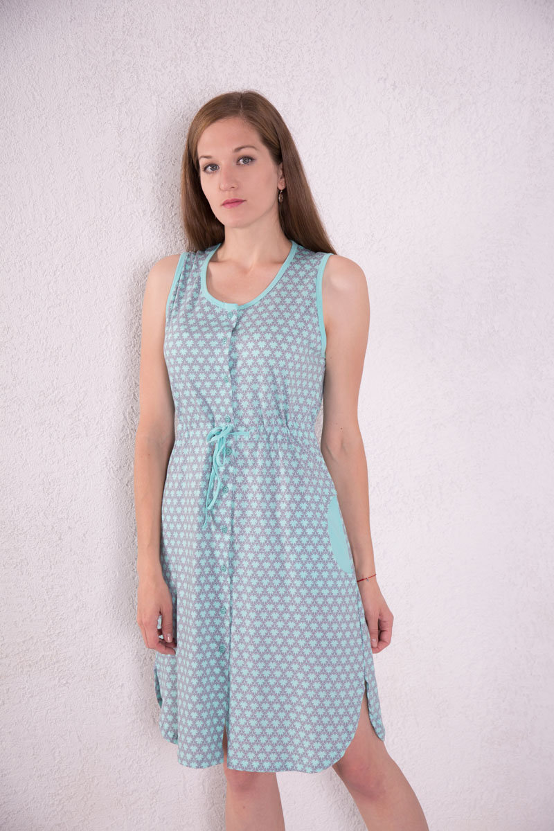 Платье-халат Violett, цвет: мятный. 7117110101. Размер L (48)7117110101Платье-халат Violett выполнено из натурального хлопка. Платье с круглым вырезом горловины застегивается на пуговицы по всей длине. Спереди расположены два кармана. Модель оформлена оригинальным принтом. На талии изделие оснащено затягивающимся шнурком.